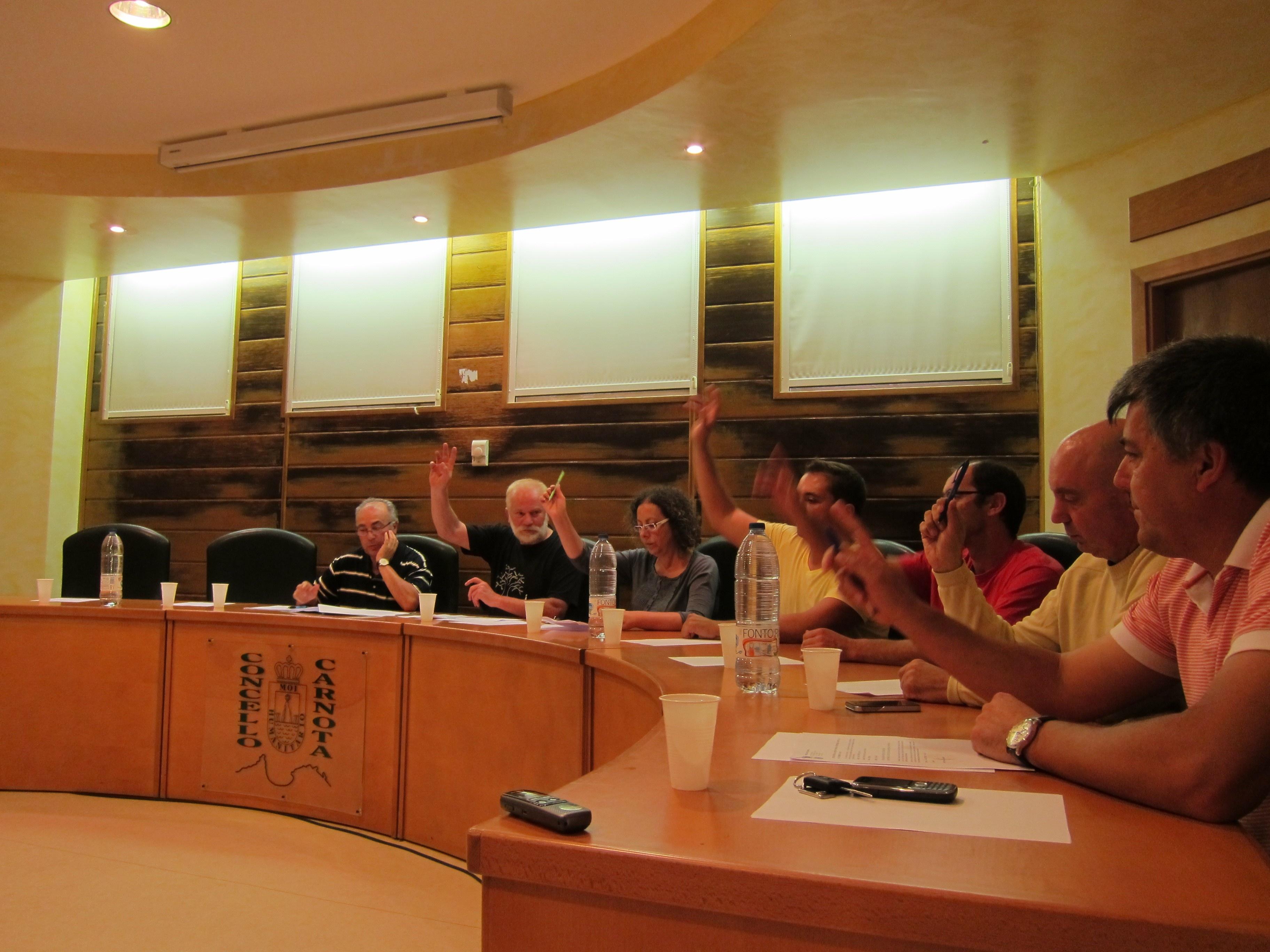 El pleno de Carnota pide declarar catastrófica la zona del incendio y activar el fondo de emergencias