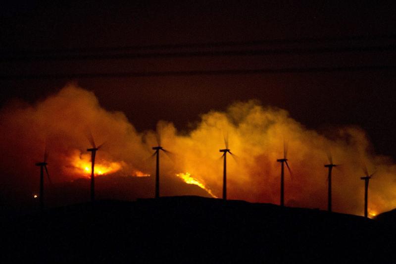 Una barrera terrestre salva a las viviendas de Carnota del incendio que asedia el Monte Pindo