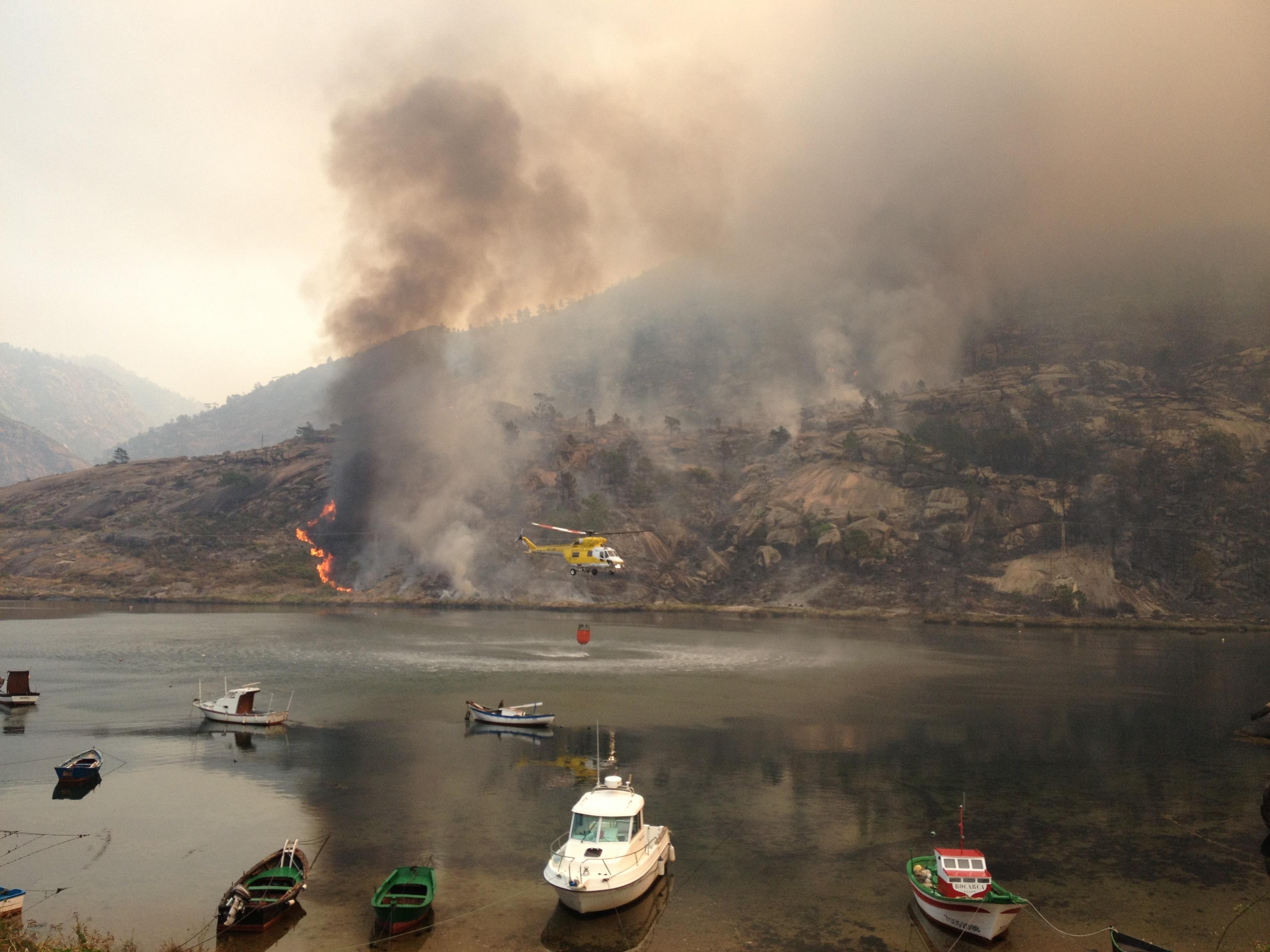El incendio de O Pindo se aproxima a la cascada de O Ézaro y se reactivan llamas próximas a casas