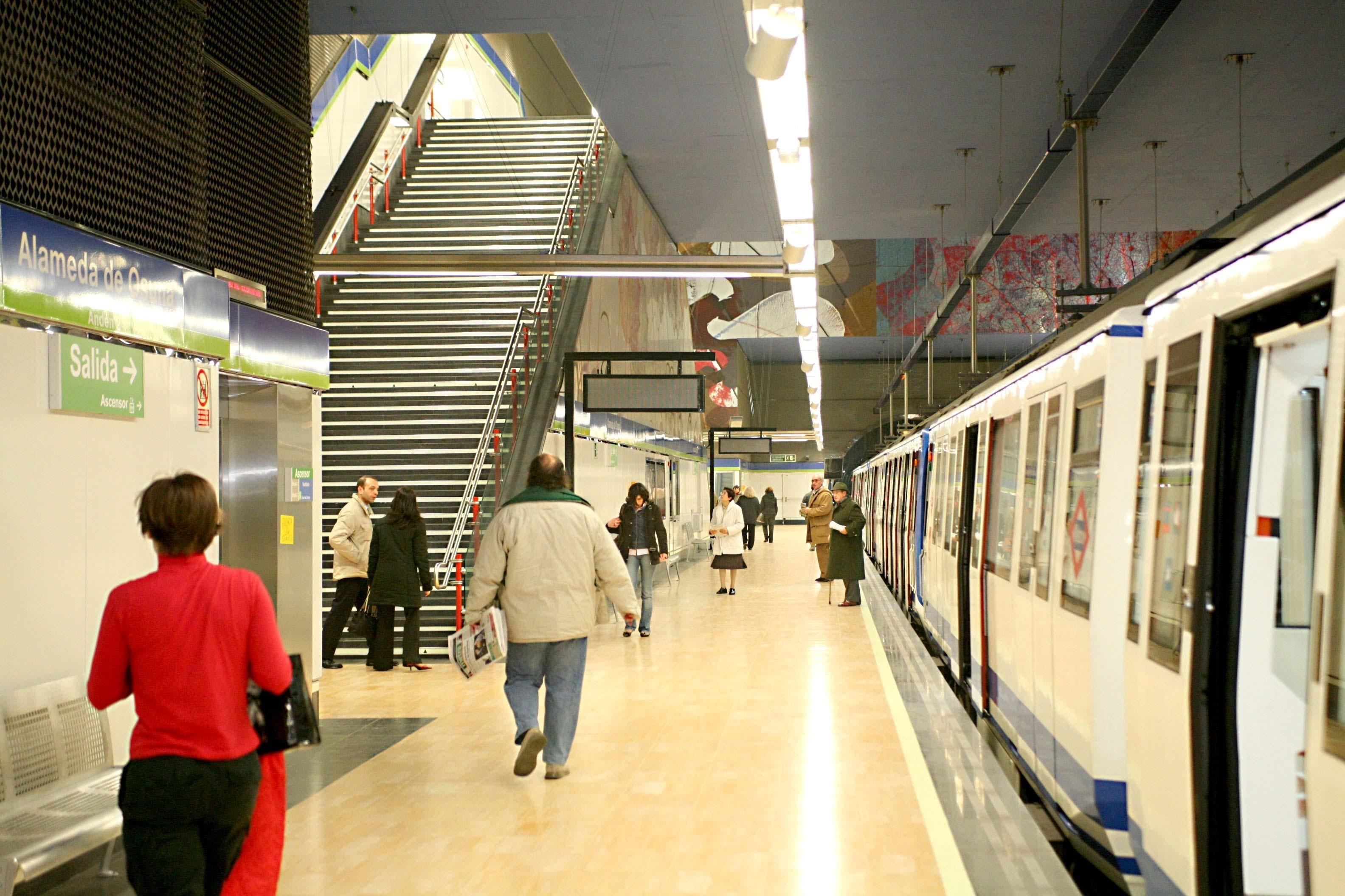 El número de usuarios del Metro baja en julio un 8,1% mientras que el de autobús crece un 2,9%