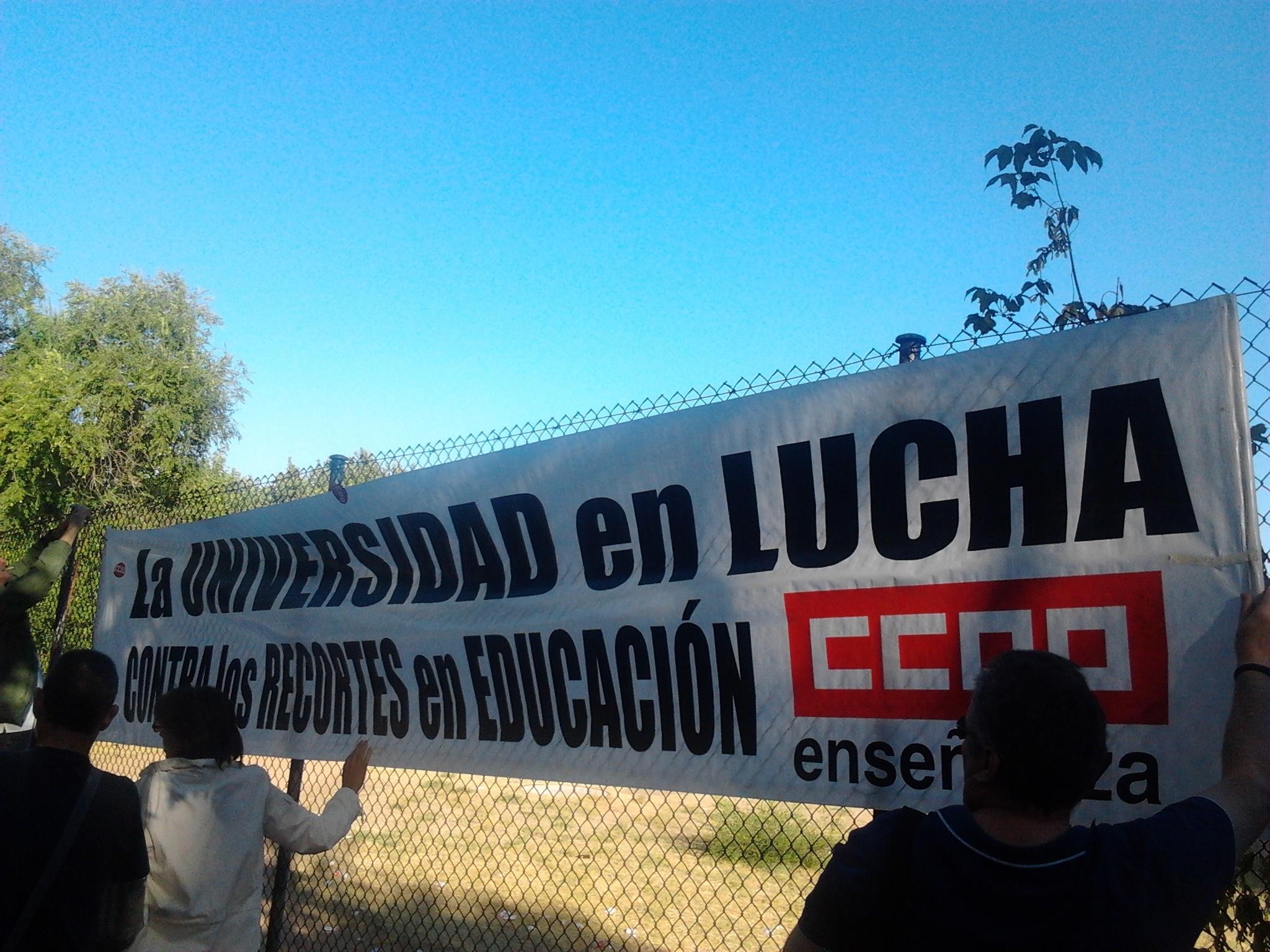 Una veintena de personas se concentra frente al rectorado de la UPM en defensa de la universidad pública
