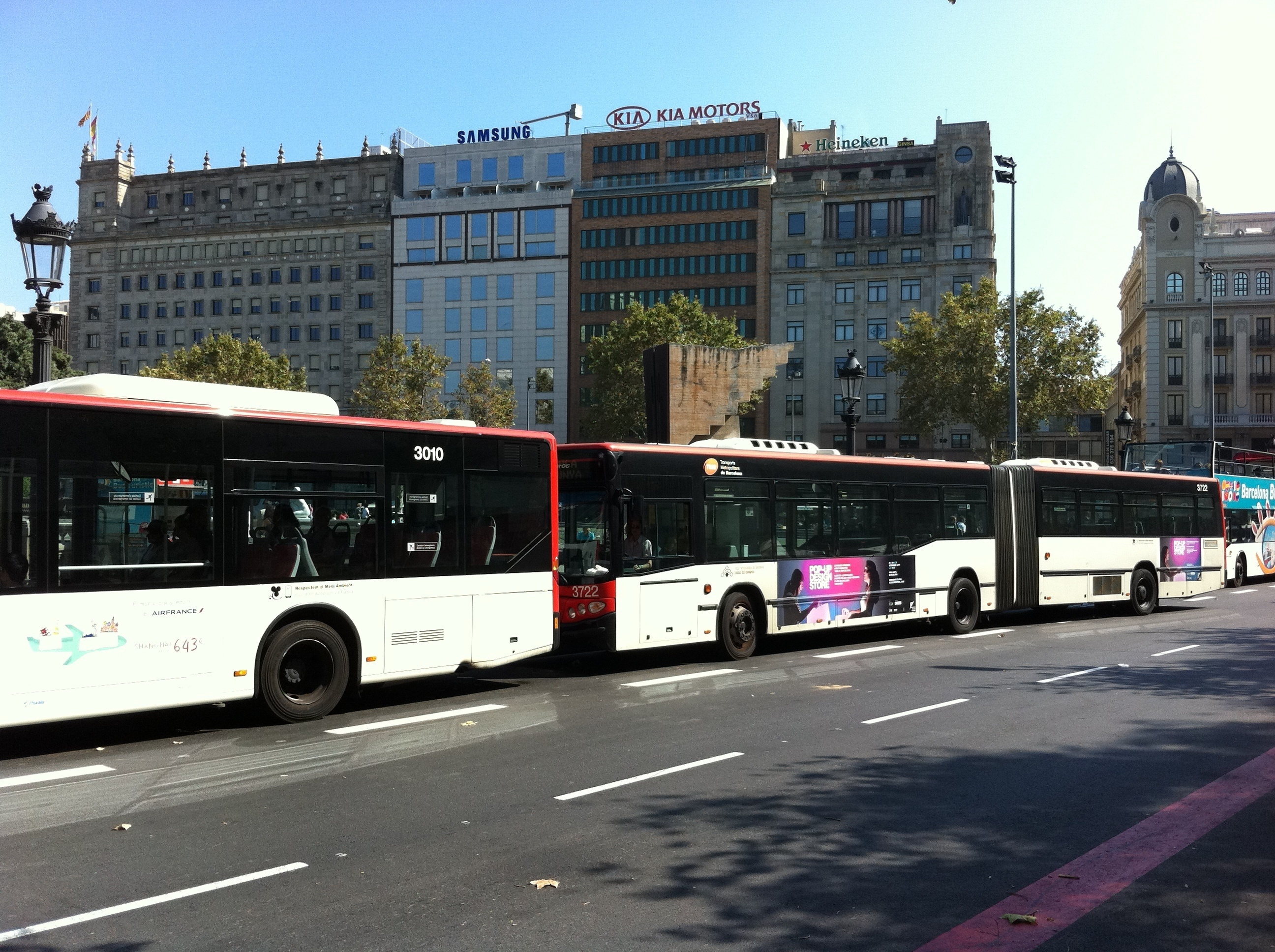 Los sindicatos de autobuses de TMB difieren sobre el futuro de la huelga