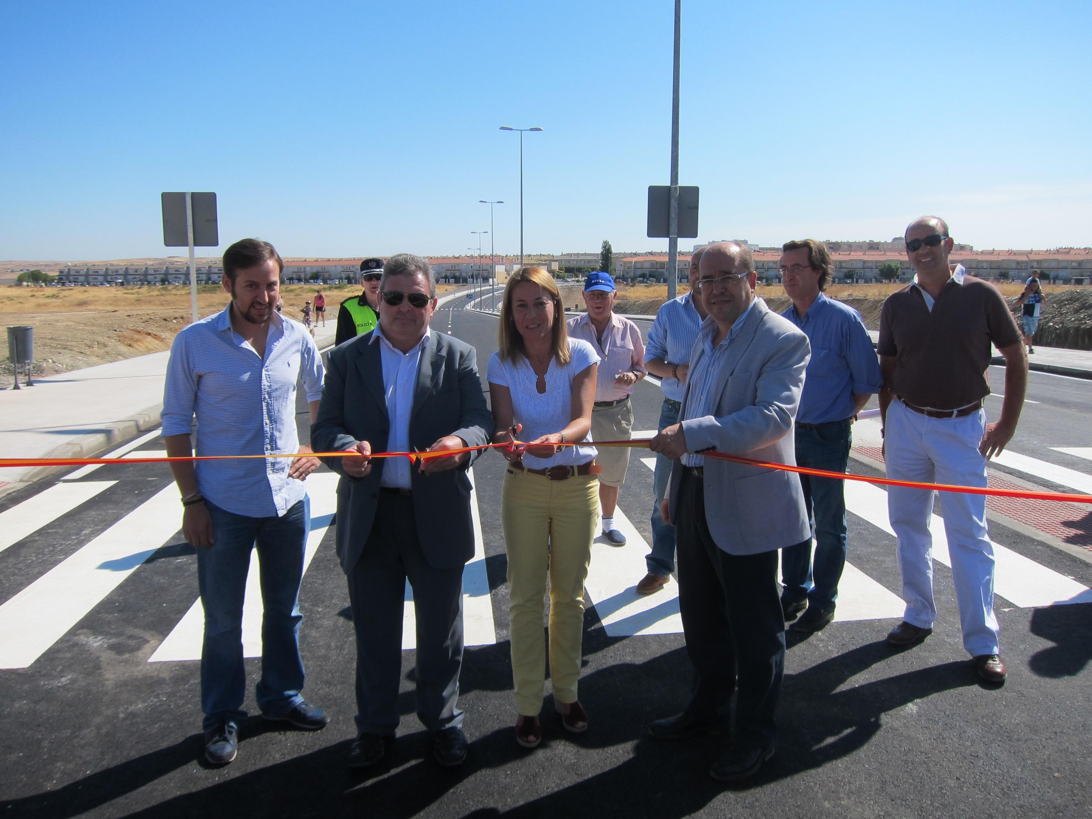 Los vecinos de Cáceres el Viejo ya pueden utilizar el nuevo vial de acceso al barrio más rápido y seguro