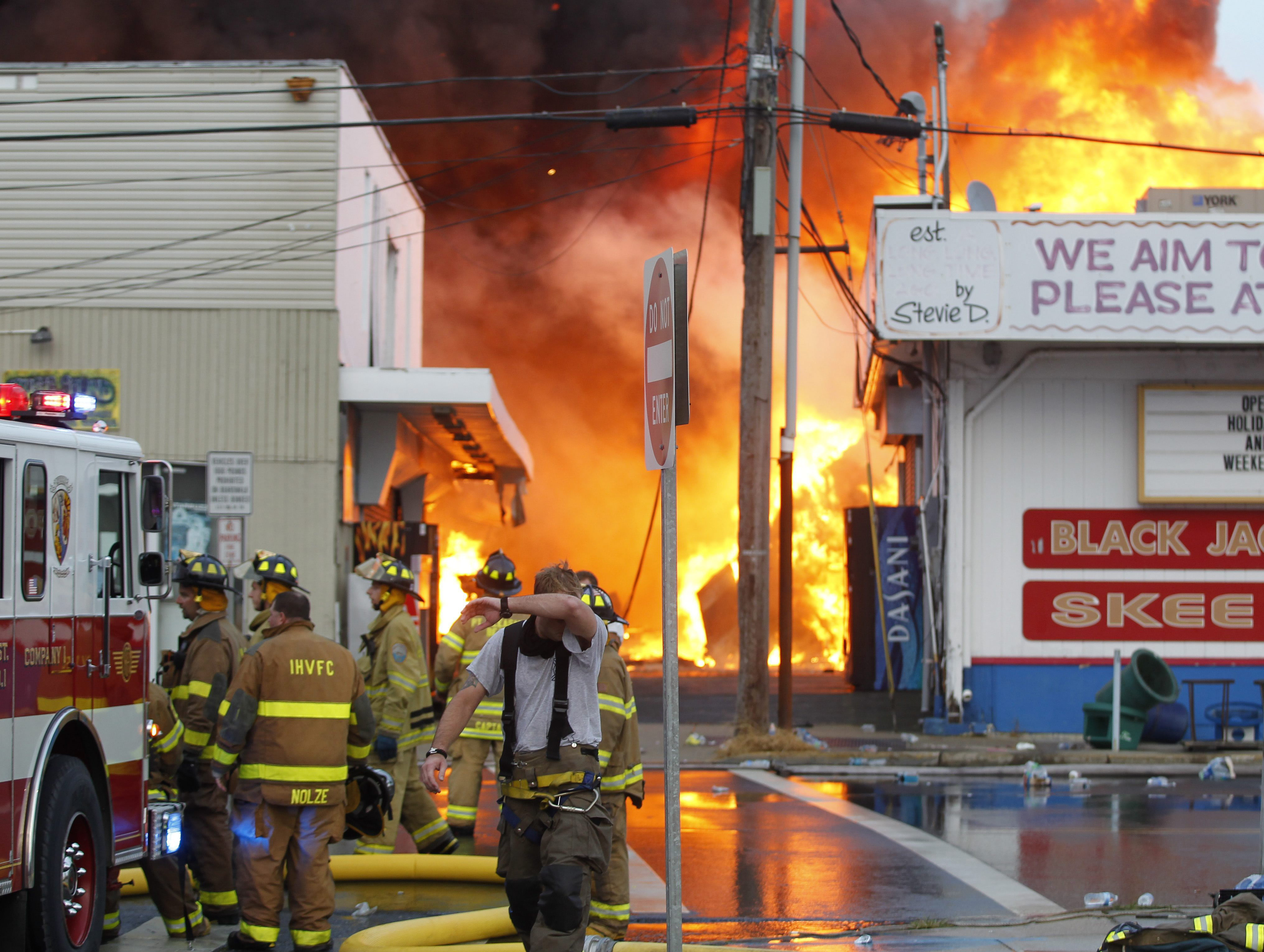Un violento incendio consume parte del icónico paseo costero de Nueva Jersey