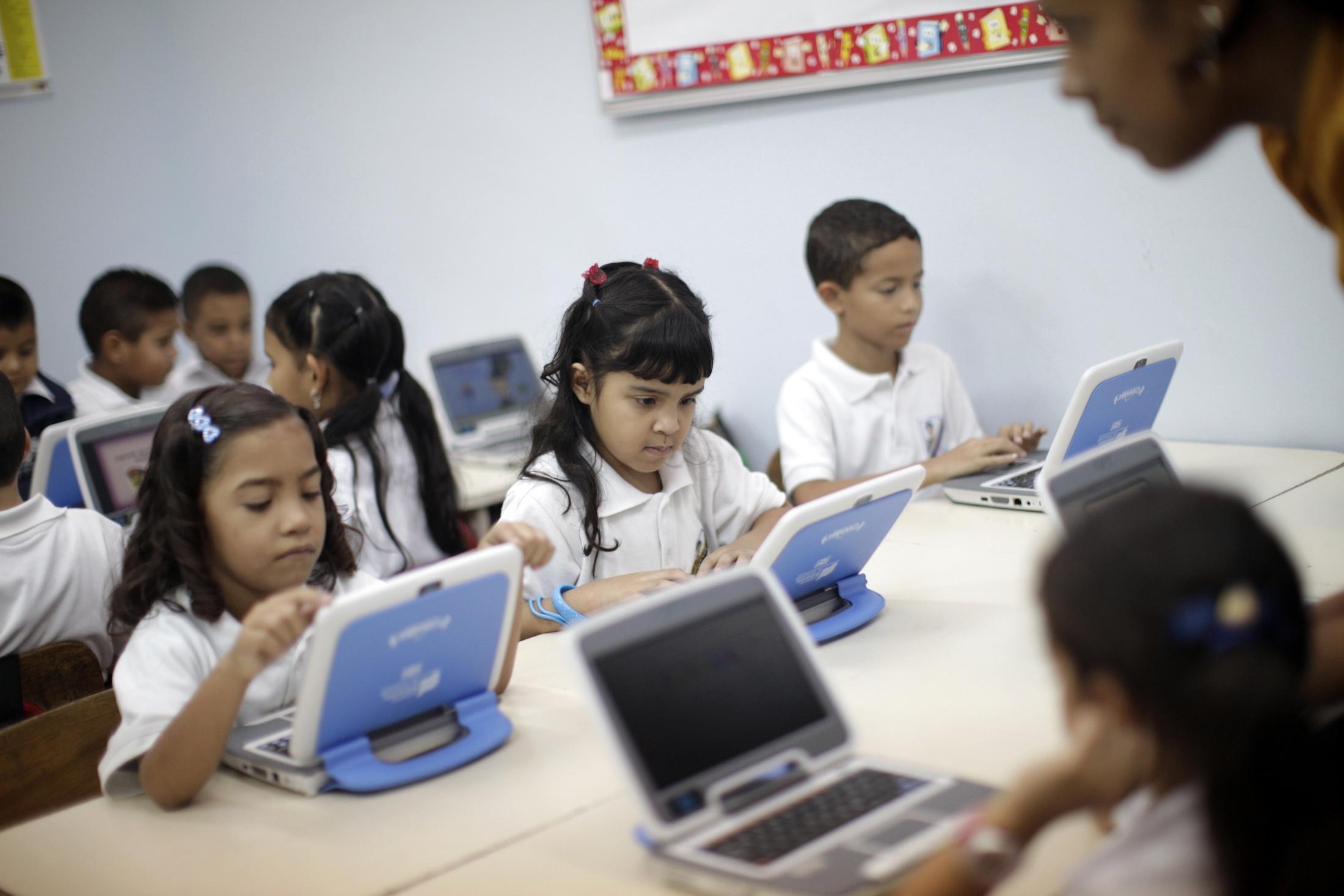 En los centros privados el número de alumnos por ordenador es 4,5, en los públicos, 2,8