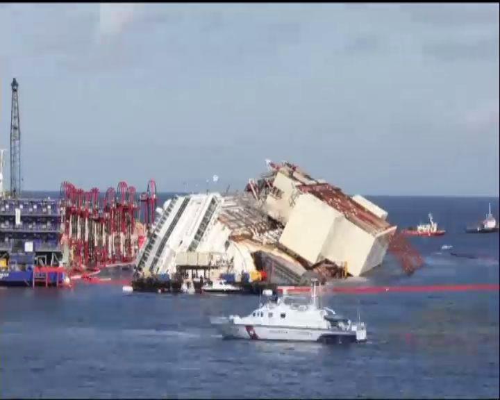 El »Costa Concordia» ya luce enderezado después de 20 meses medio hundido en el mar