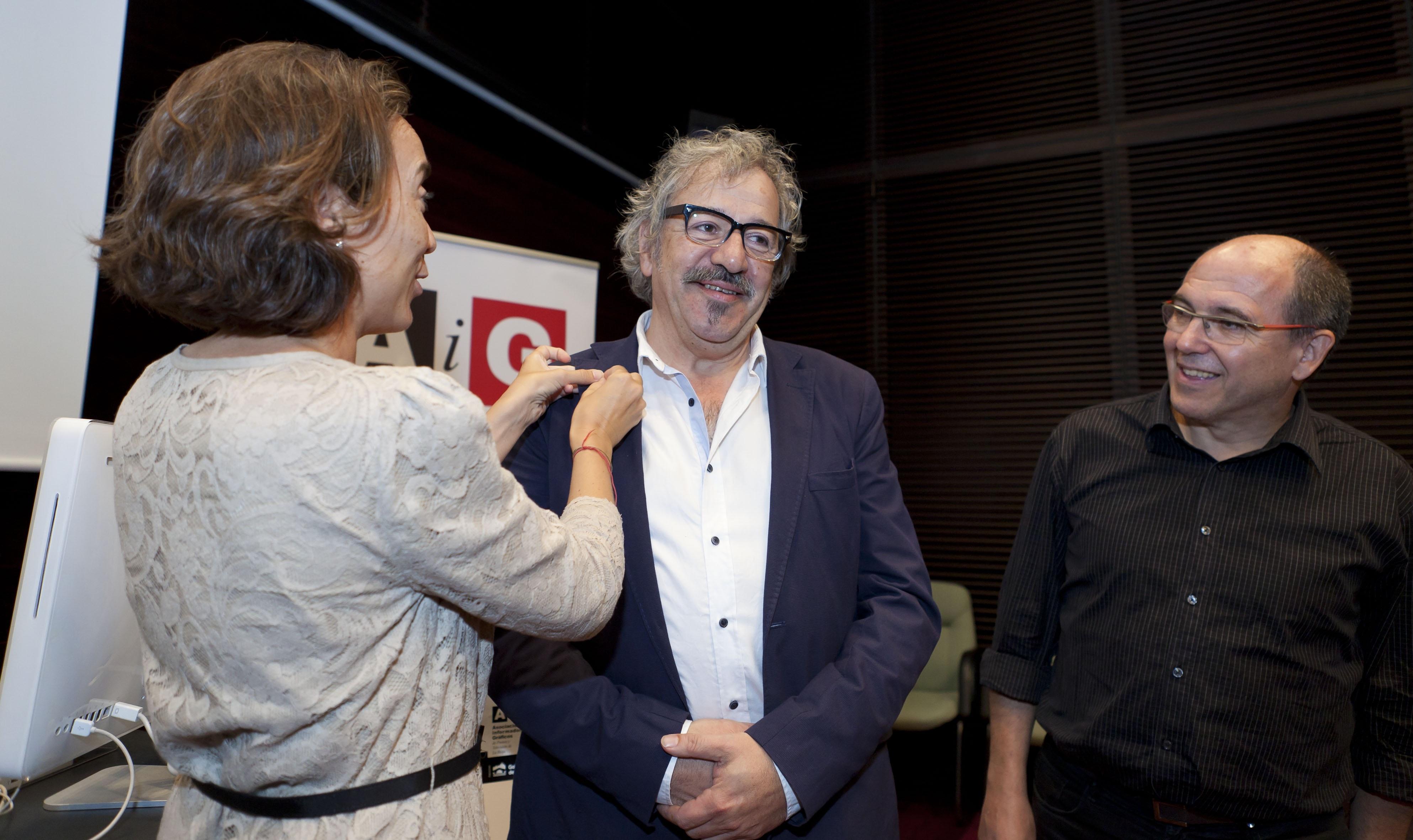 Gamarra entrega a Jesús Rocandio la insignia de oro de la Asociación de Informadores Gráficos de La Rioja