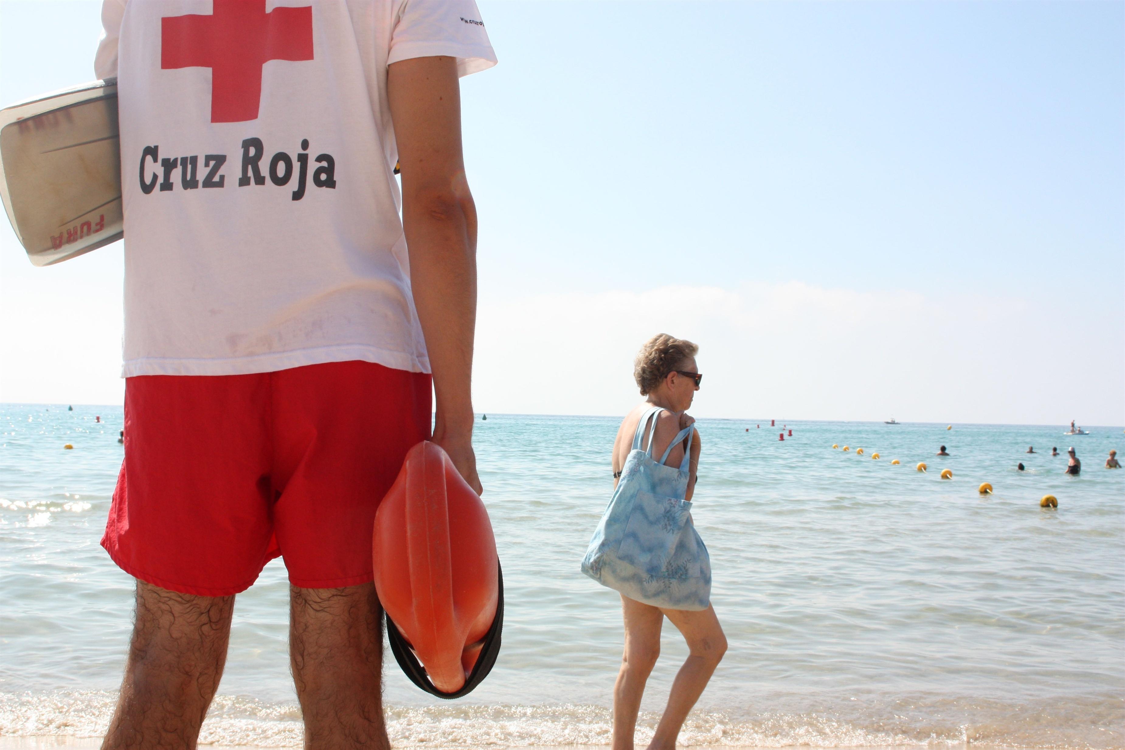 Creu Roja realiza un 13% menos de rescates en las playas de Girona este verano