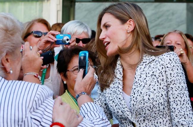 Baño de masas para una Princesa Letizia radiante y risueña, apoyando la lucha contra el cáncer