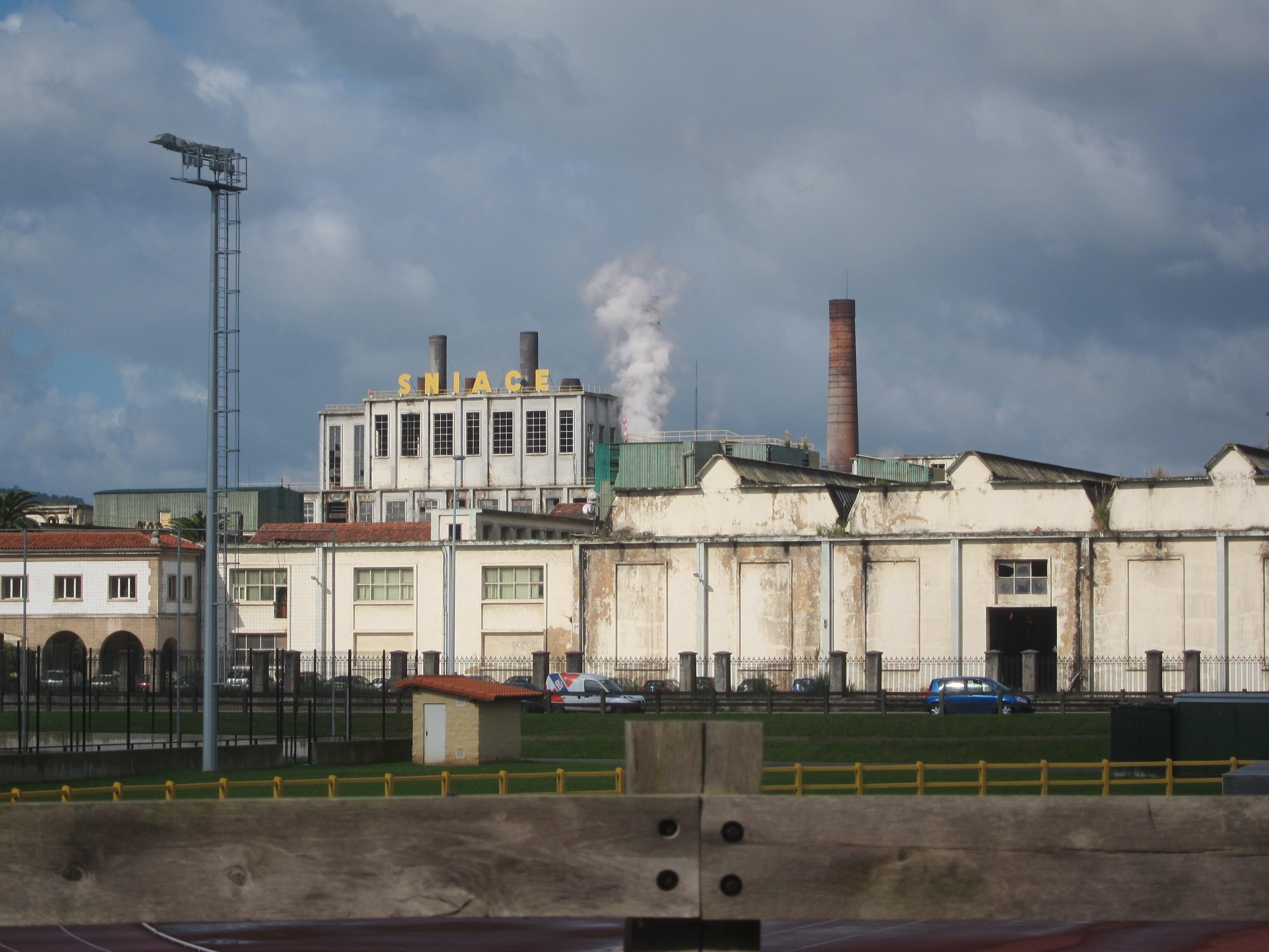 Los trabajadores de Sniace se encierran de nuevo en la fábrica a partir del domingo