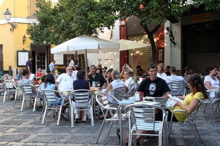 El Ayuntamiento ofrece a hosteleros y vendedores de prensa fórmulas para atenuar las tasas de vía pública