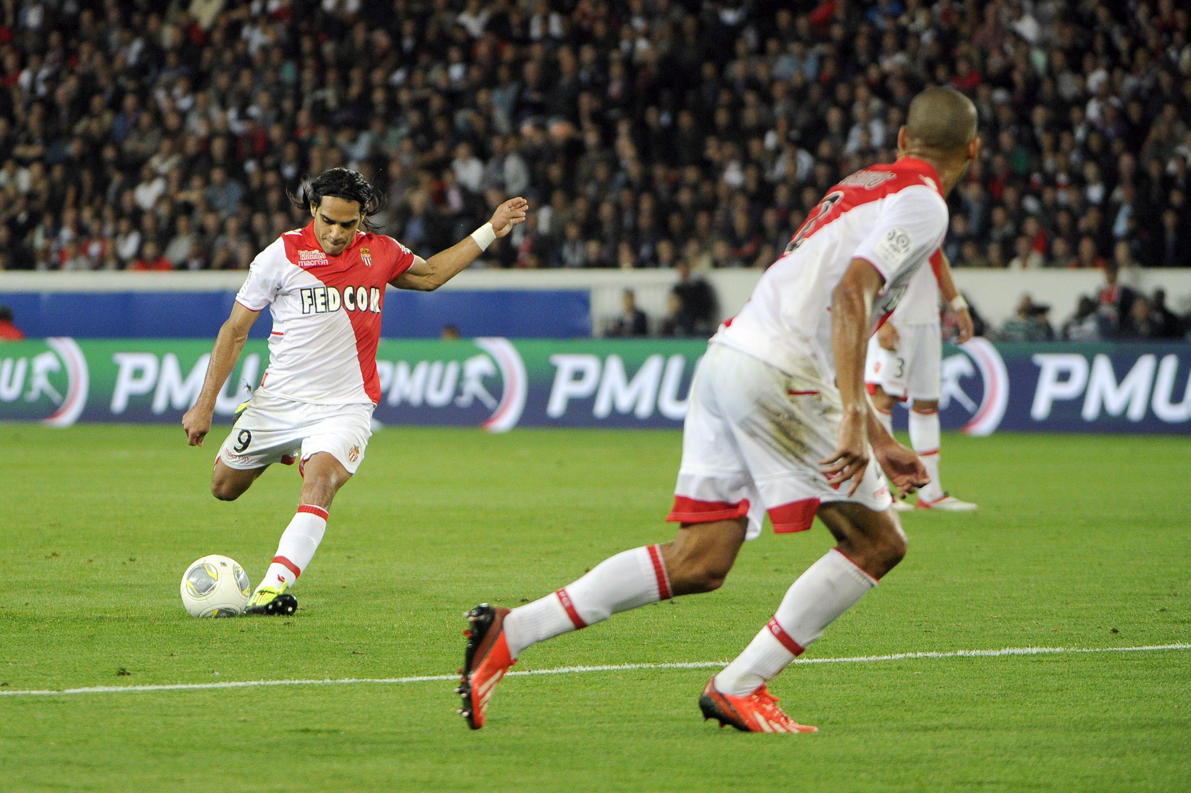 Falcao sostiene al Mónaco en París
