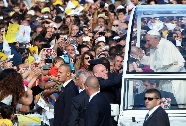 Papa condena en Cerdeña el «dios dinero» e insta a escuchar a los jóvenes
