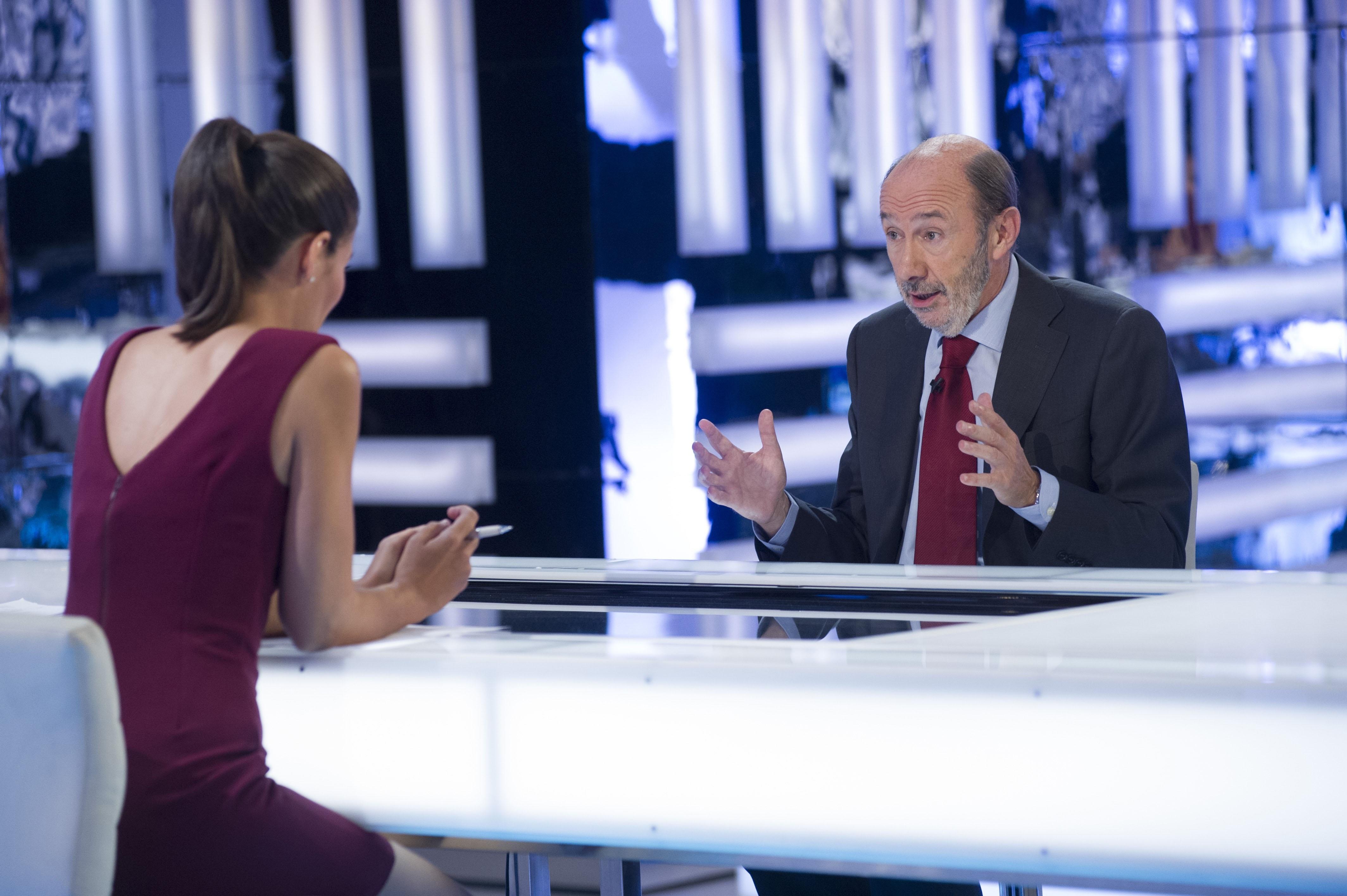 Rubalcaba entiende el debate sobre la abdicación del Rey, pero confía en la decisión que él tome