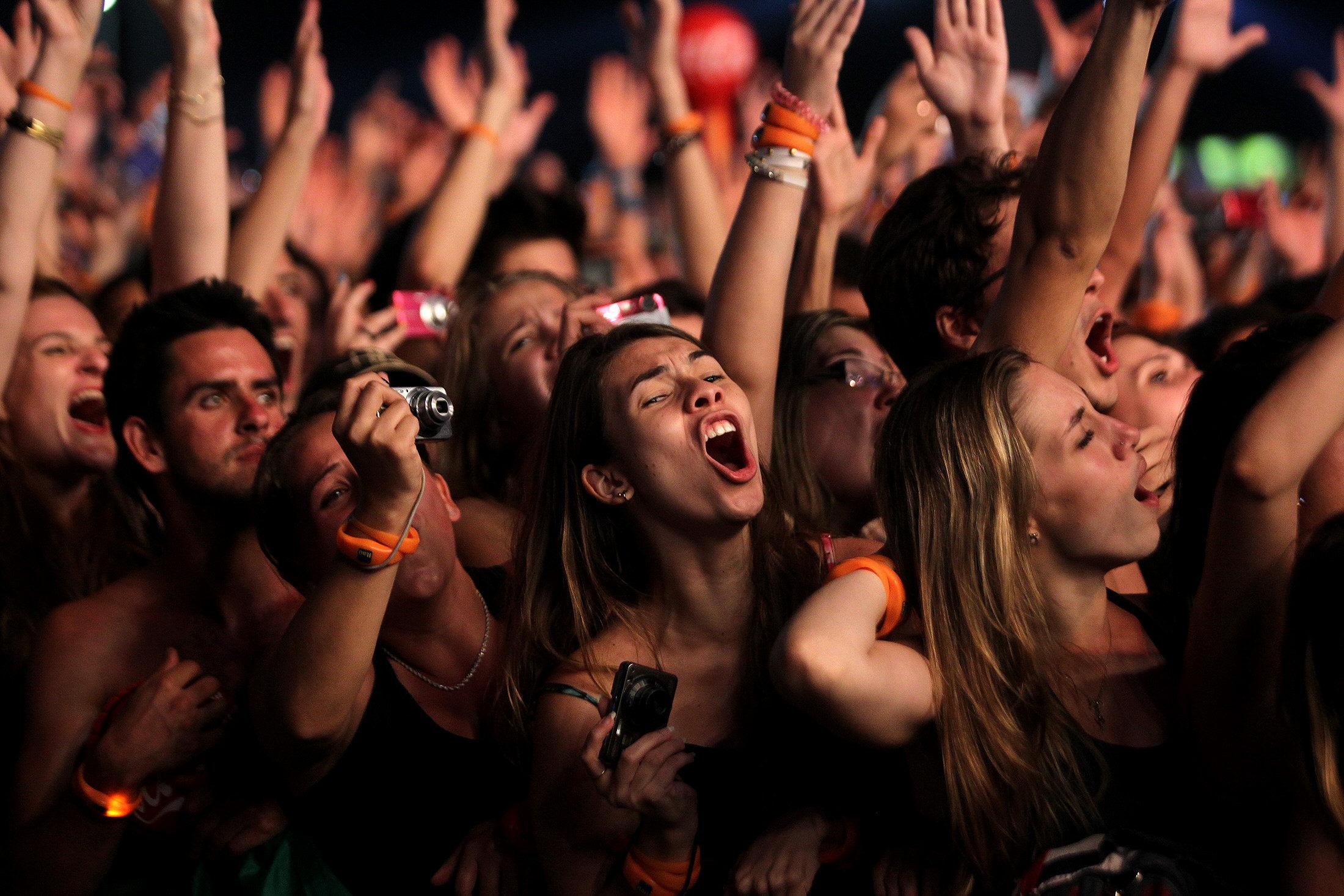 Una banda de carnaval invade la marea negra que toma cuenta del Rock in Río