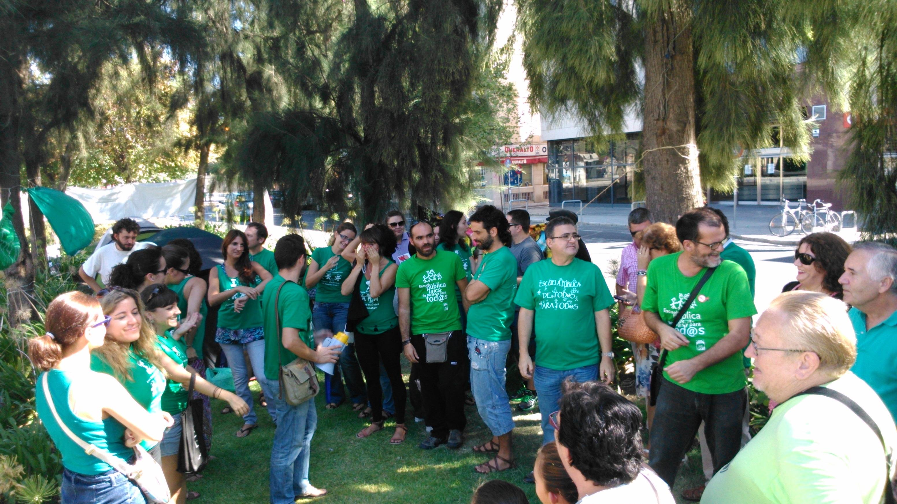 Los interinos docentes andaluces clausuran la acampada que mantenían desde el pasado lunes a las puertas del Parlamento