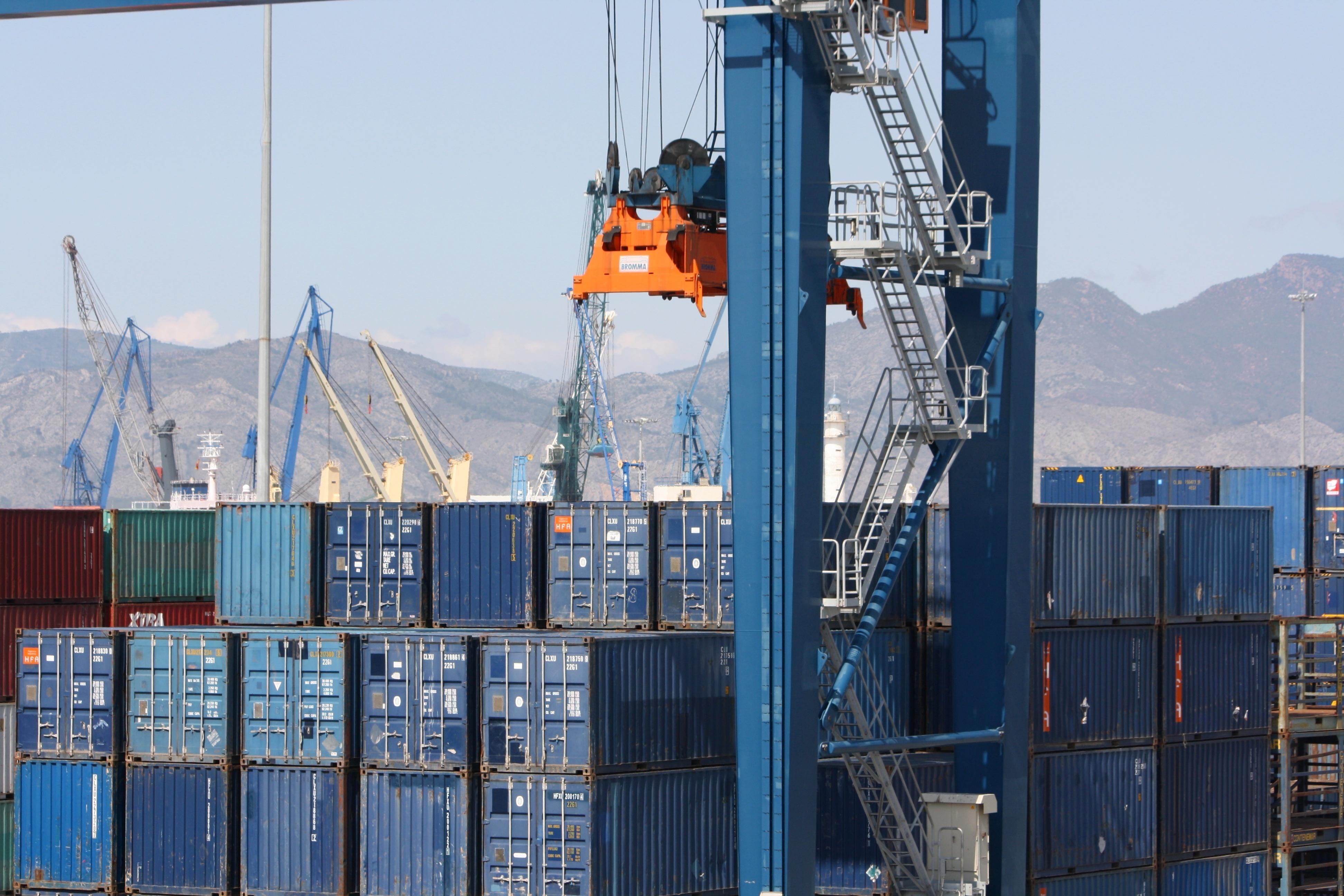 La CNC insta a Fomento a revisar la necesidad de autorización para transportar mercancía en los puertos