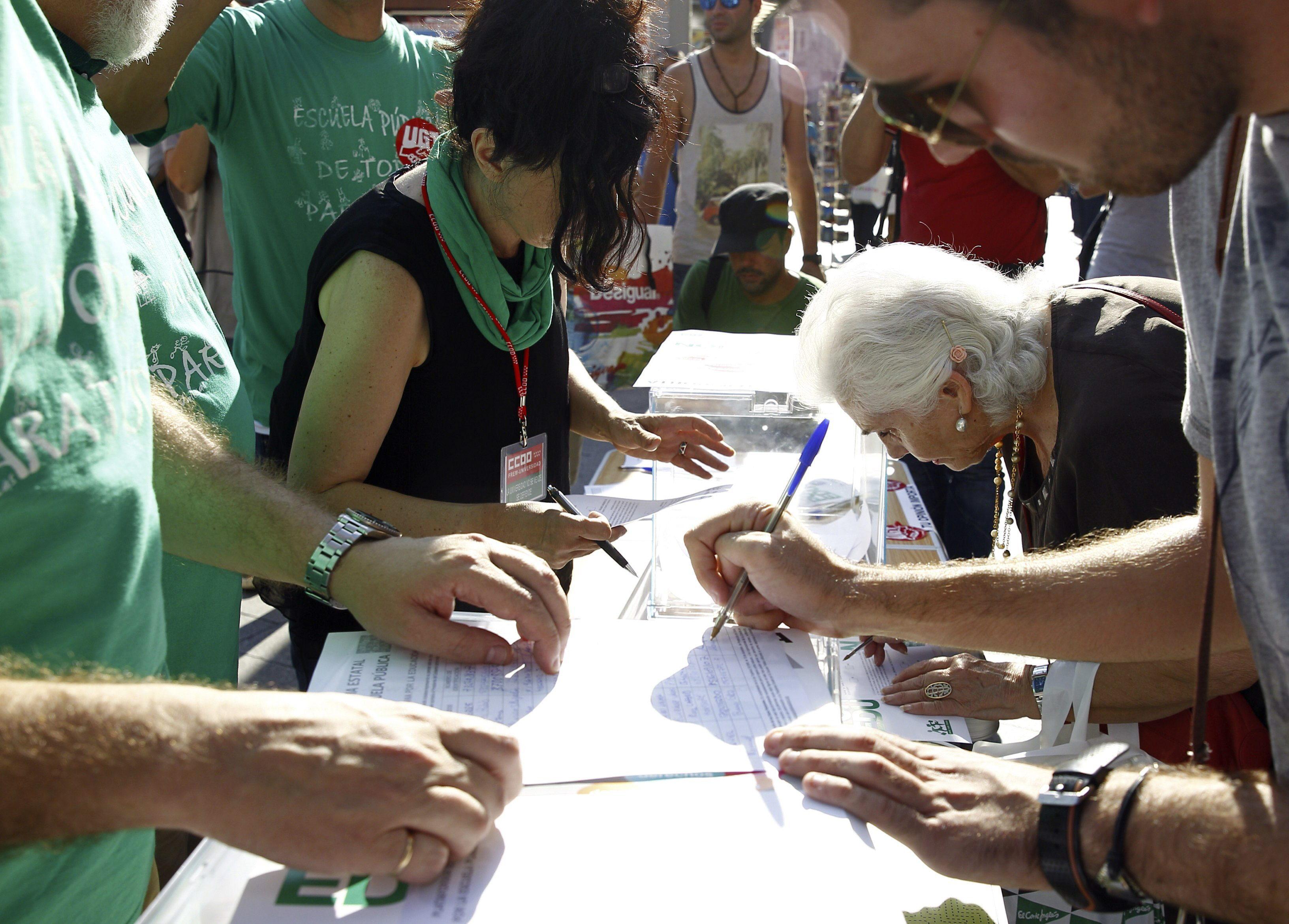 Empieza en la Puerta del Sol la «consulta ciudadana» por la educación pública