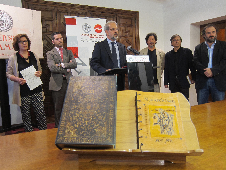Un nuevo libro recoge el poema »Al salir de la cárcel» de Fray Luis de León en 50 idiomas diferentes
