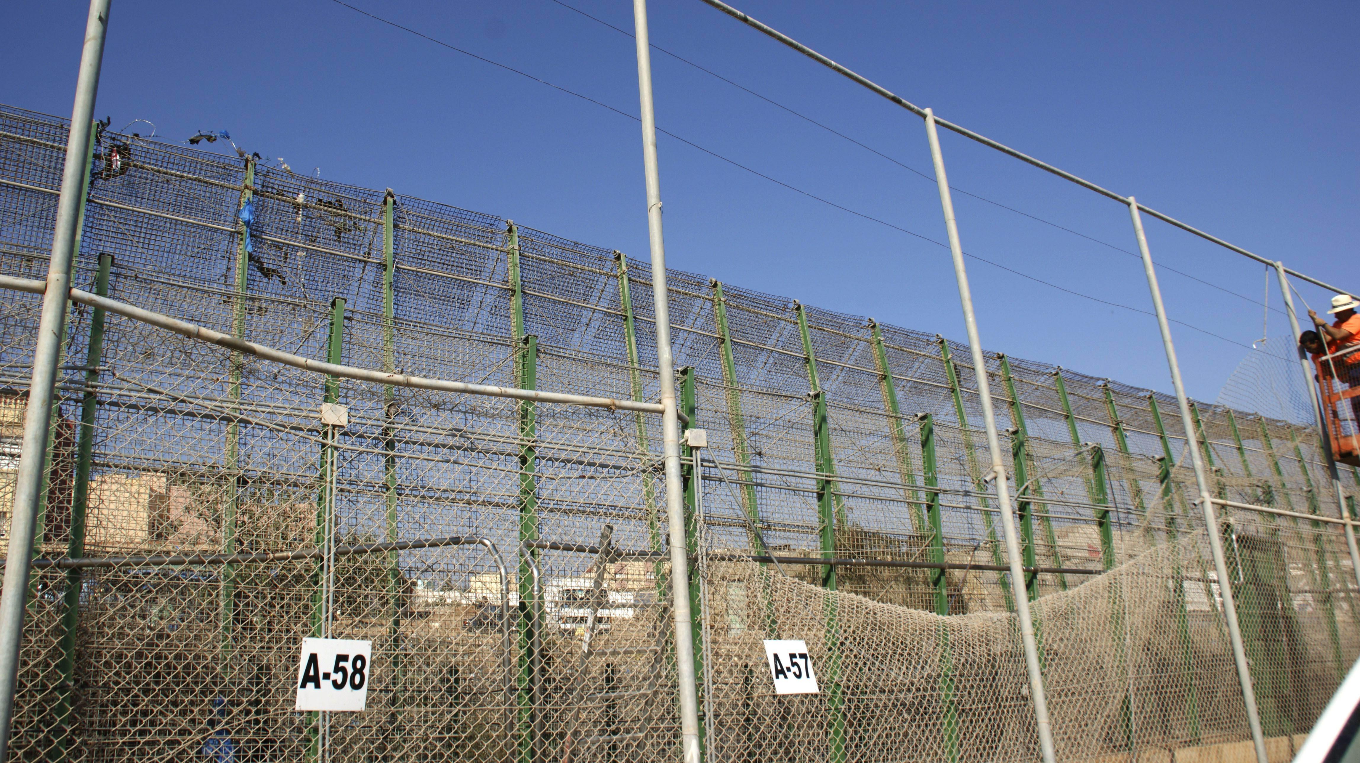 El Gobierno estudia poner una malla de acero en la valla de Melilla para impedir la escalada