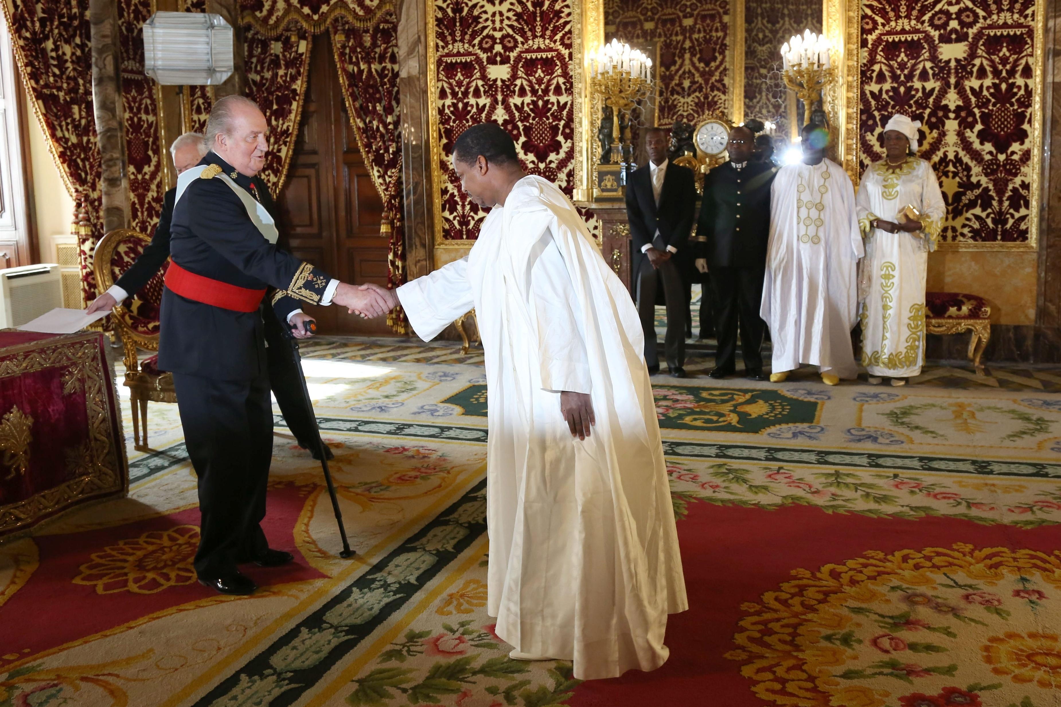 El Rey recibirá mañana las credenciales de 16 embajadores antes de ingresar por la tarde para ser operado