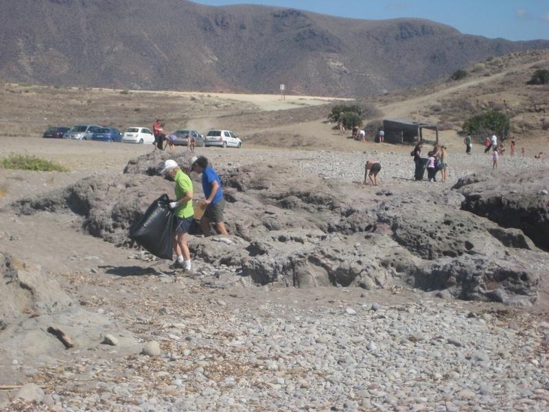 Voluntarios ambientales recogen 150 kilos de basura en Los Escullos en el Día Mundial de Limpieza de Playas