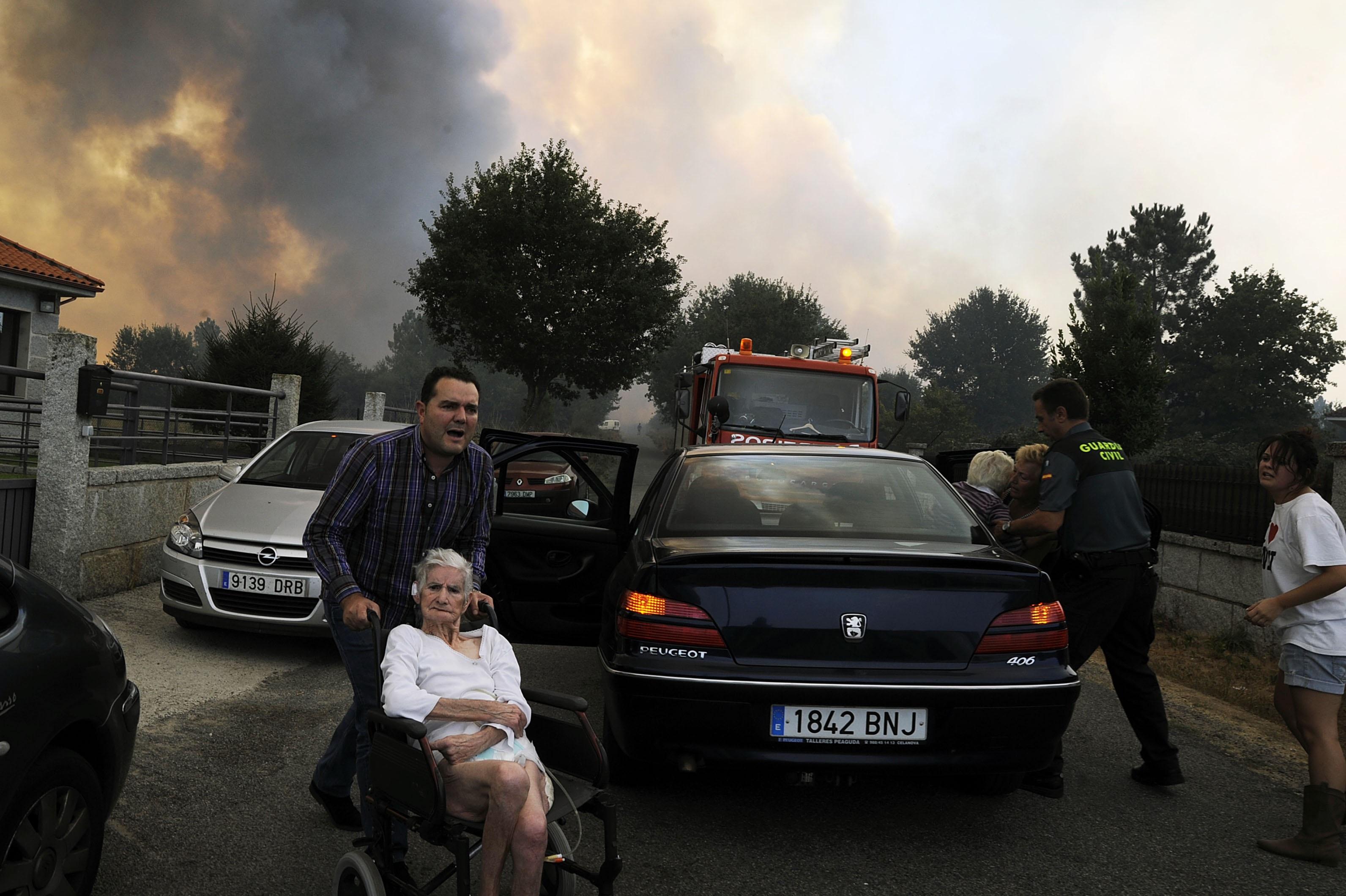 El incendio de iniciado en A Merca deja un brigadista herido, quema media casa y cerca viviendas