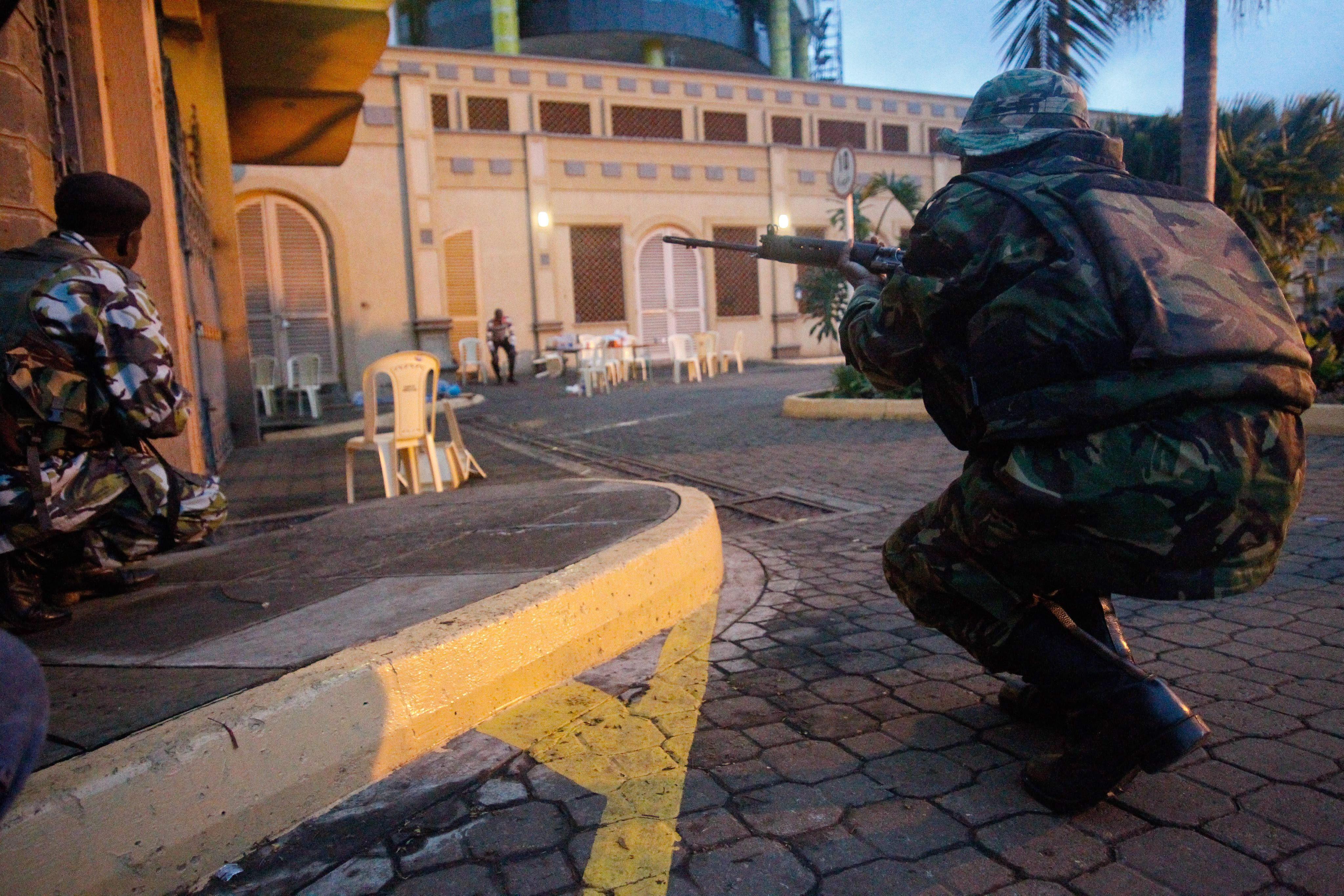 Los terroristas permanecen atrincherados en el centro comercial de Nairobi con 15 rehenes
