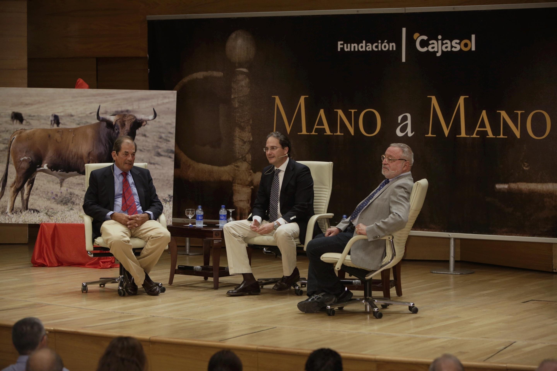 Miura y Savater abordan la filosofía y el «cambio» del mundo taurino en los 'Mano a mano' de Cajasol