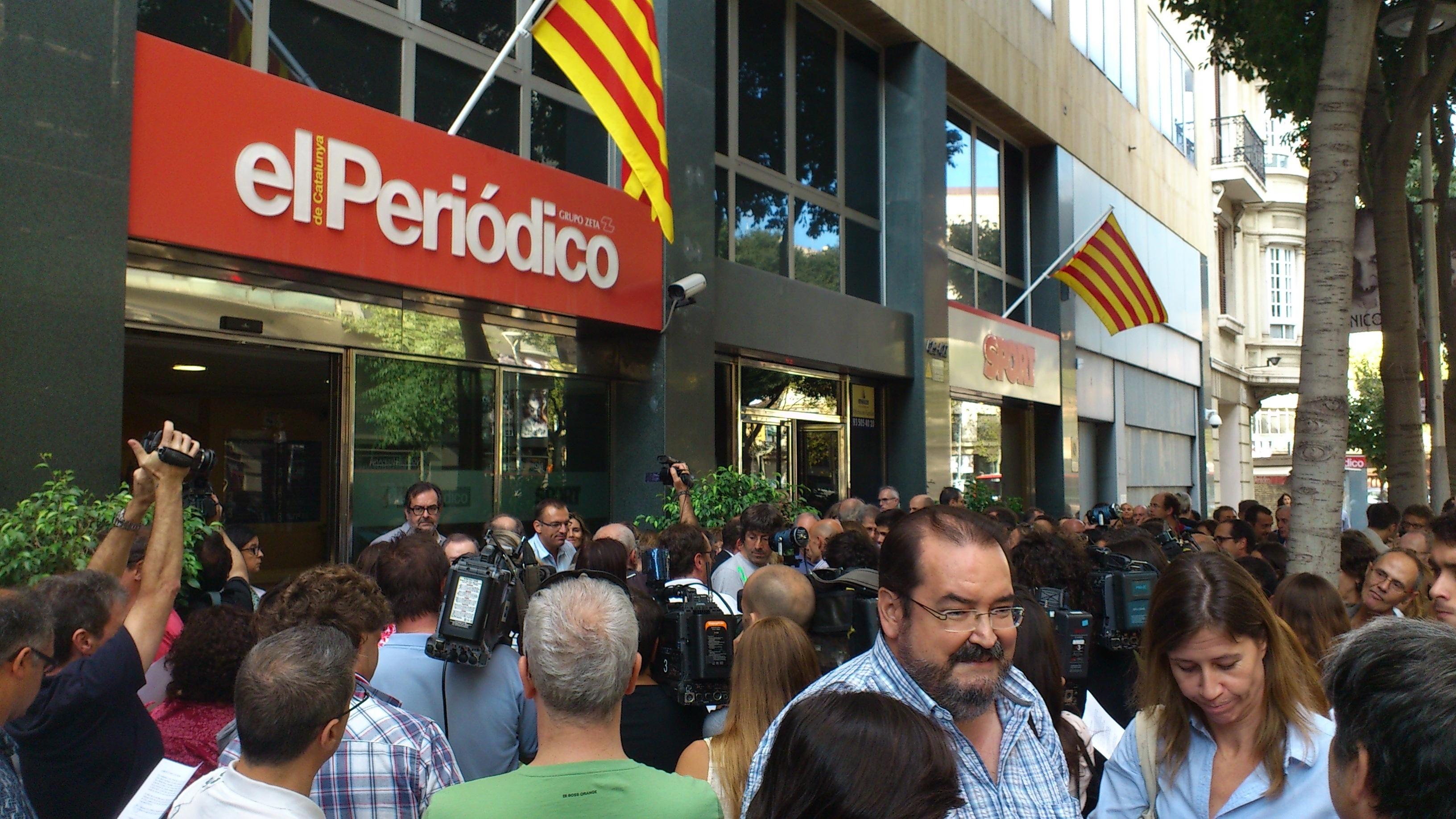 Unas 300 personas piden ante »El Periódico» la liberación de Marc Marginedas