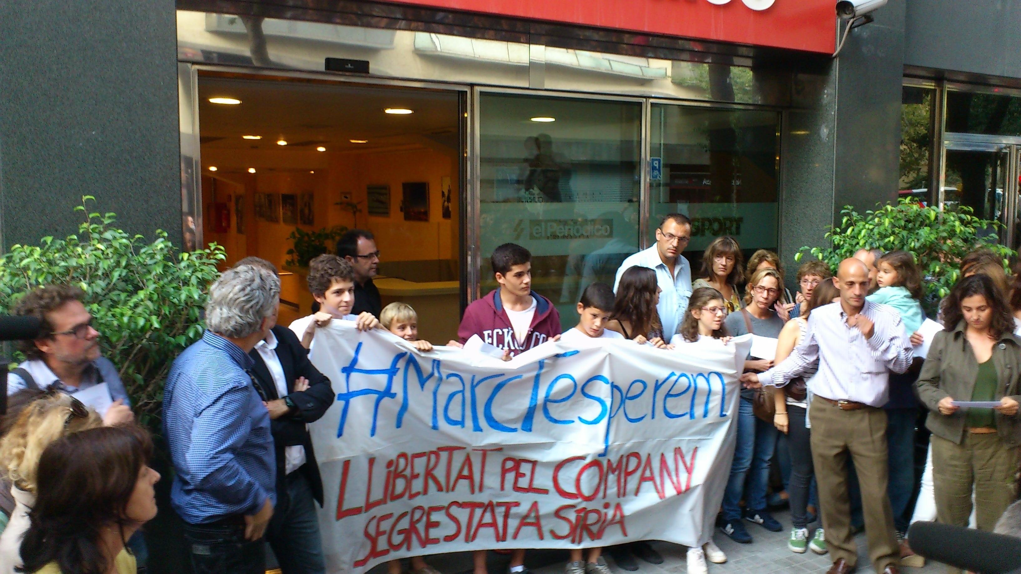 Unas 500 personas piden ante »El Periódico» la liberación de Marc Marginedas