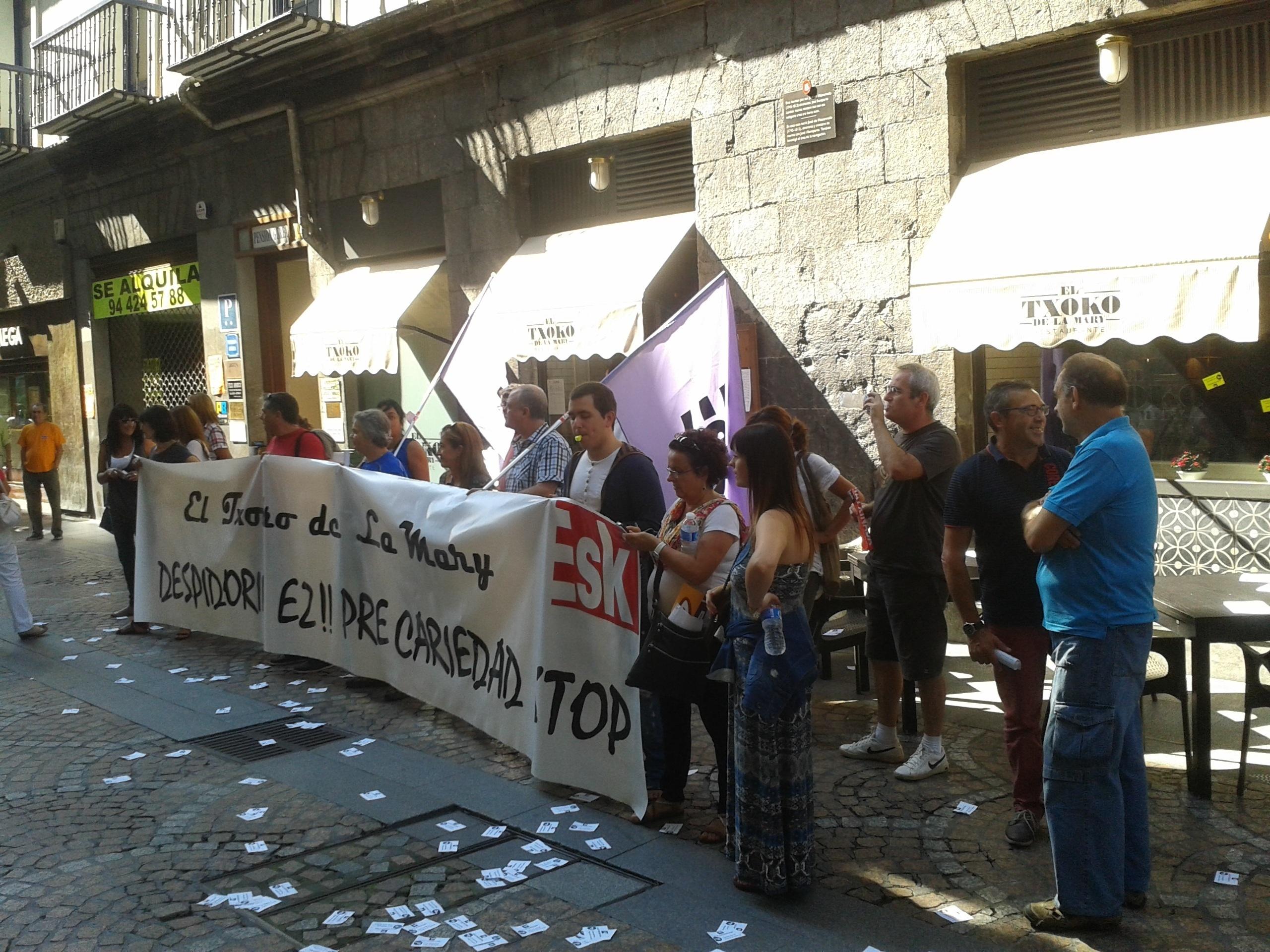 Delegados de ESK se concentran ante el Restaurante »El Txoko de la Mary» para denunciar su política de recursos humanos