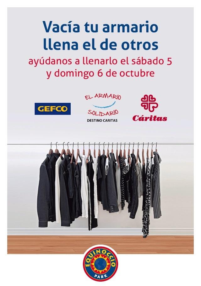 El centro comercial Equinoccio recoge ropa y calzado en un espacio que simula un »armario solidario»