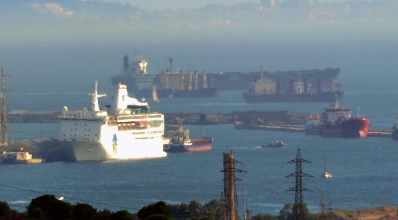 Ecologistas alertan del «riesgo» que corren los cruceros atracados junto al submarino nuclear »Talent» en Gibraltar