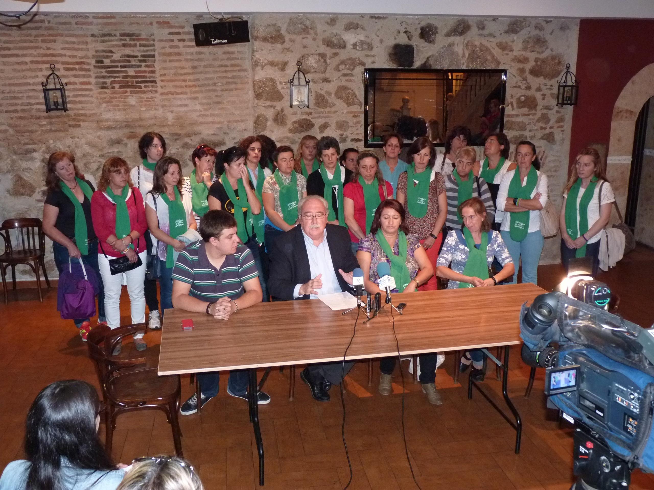 Luciano Fernández (PSOE) reivindica junto a una treintena de madres de Piornal (Cáceres) el transporte escolar gratuito