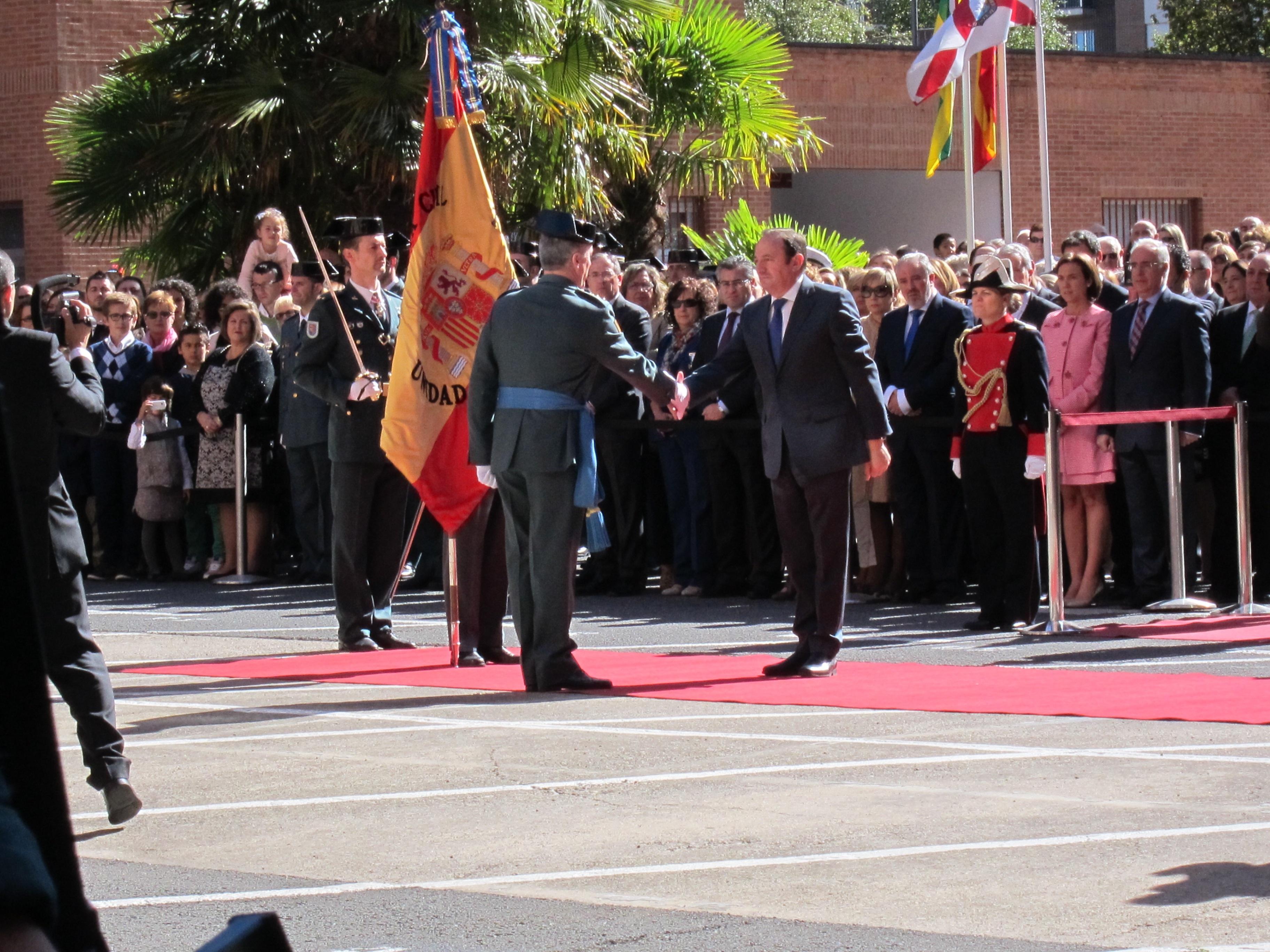 Sanz entrega la primera 'Corbata de honor de La Rioja' a la Unidad de Acción Rural de la Guardia Civil