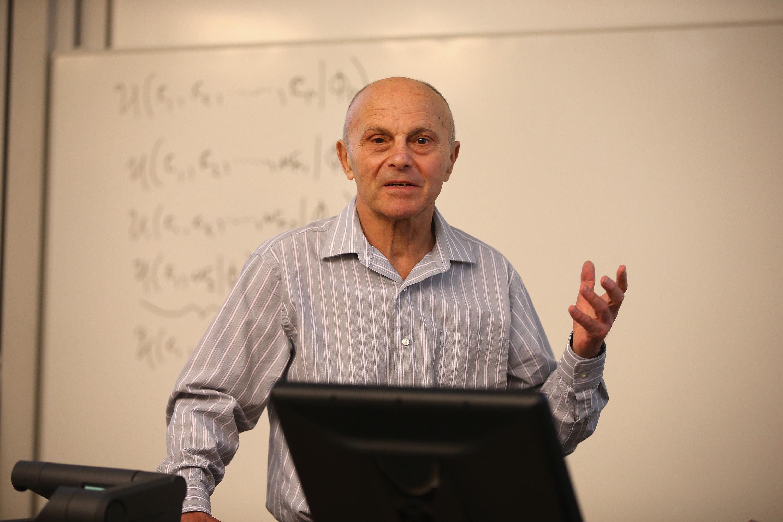 Los premios Nobel de Economía 2013 lo celebran dando clase