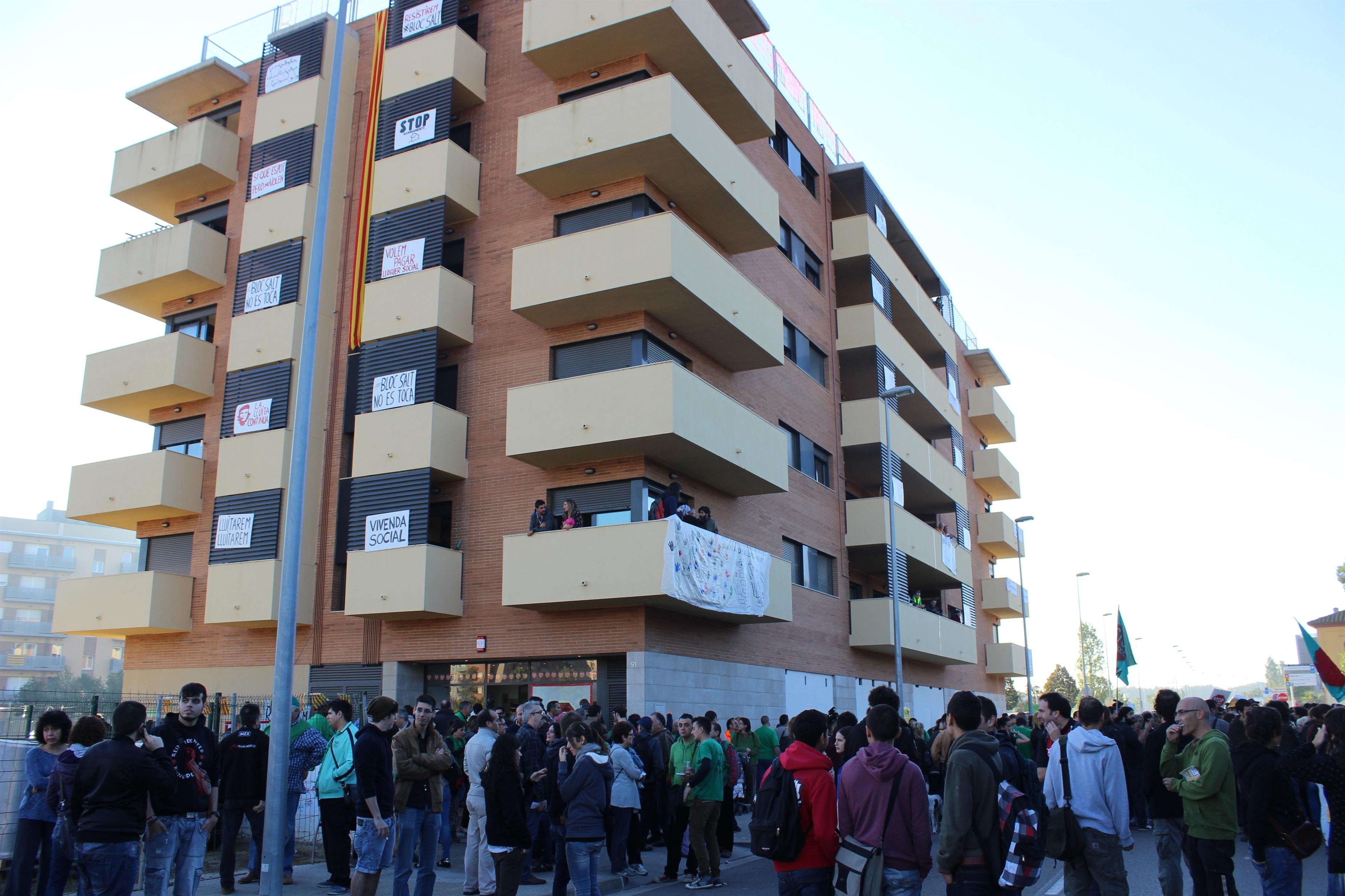 Hay 15 edificios como el bloque de Salt ocupados por la PAH en toda España