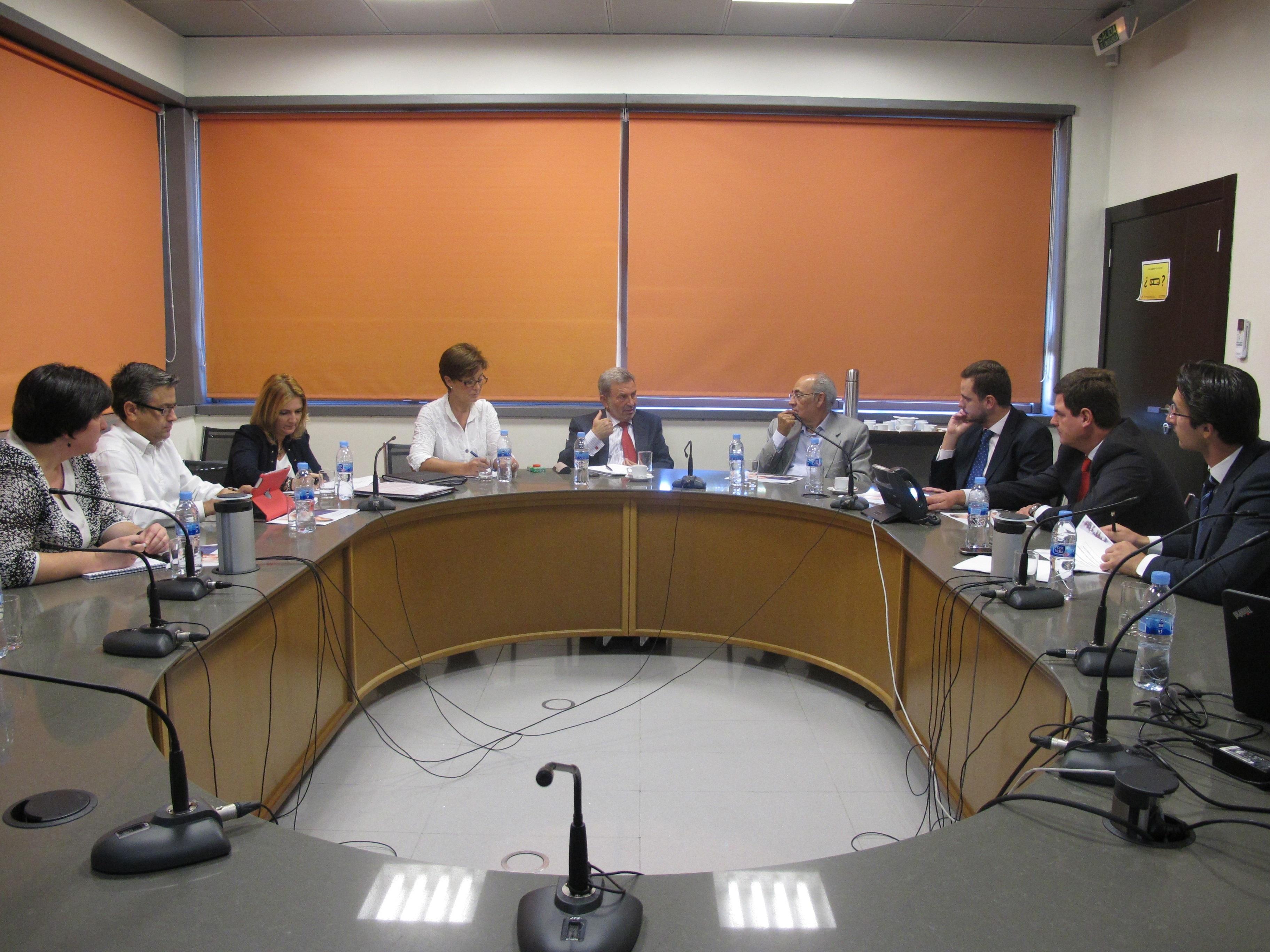 Junta traslada a Cosentino y Michelin las propiedades del Bono de Empleo Joven para fomentar la contratación