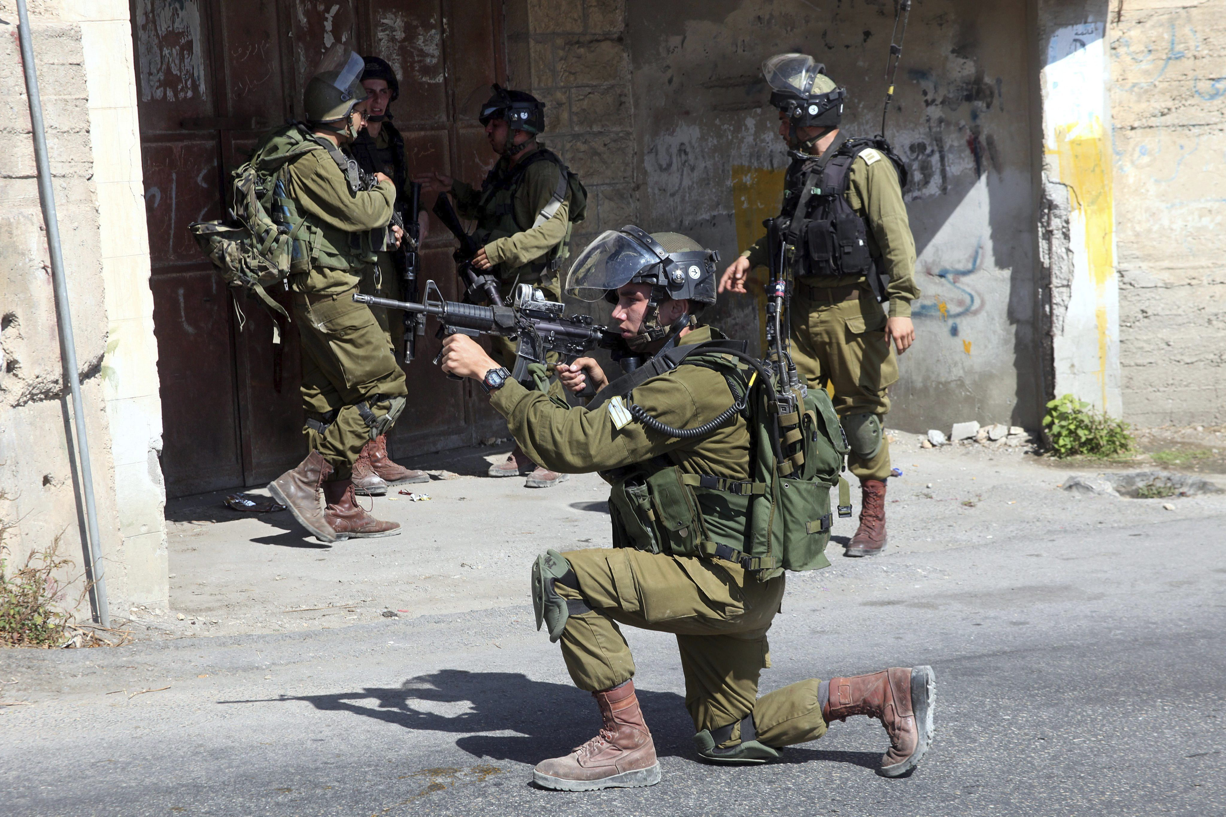 Abatido un palestino tras irrumpir en una base militar israelí con una excavadora