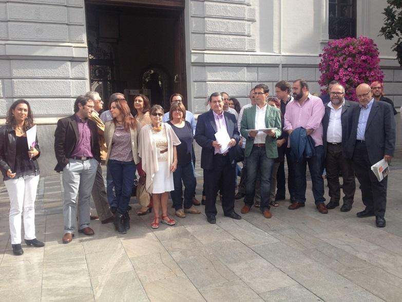 Alcaldes y concejales socialistas de la provincia se concentran para exigir la retirada de la reforma local