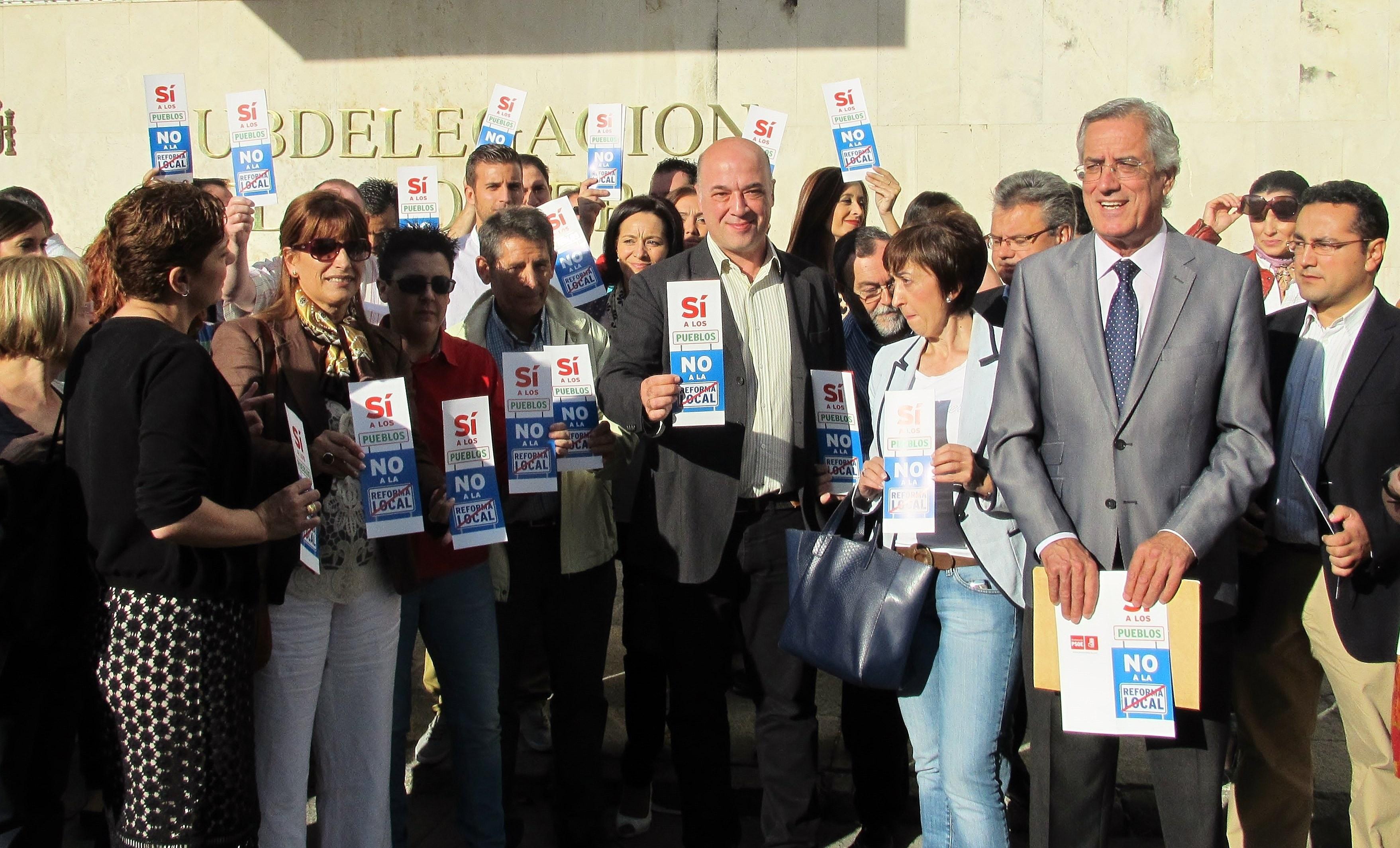 Alcaldes socialistas expresan en una concentración su «indignación absoluta» ante la Reforma Local