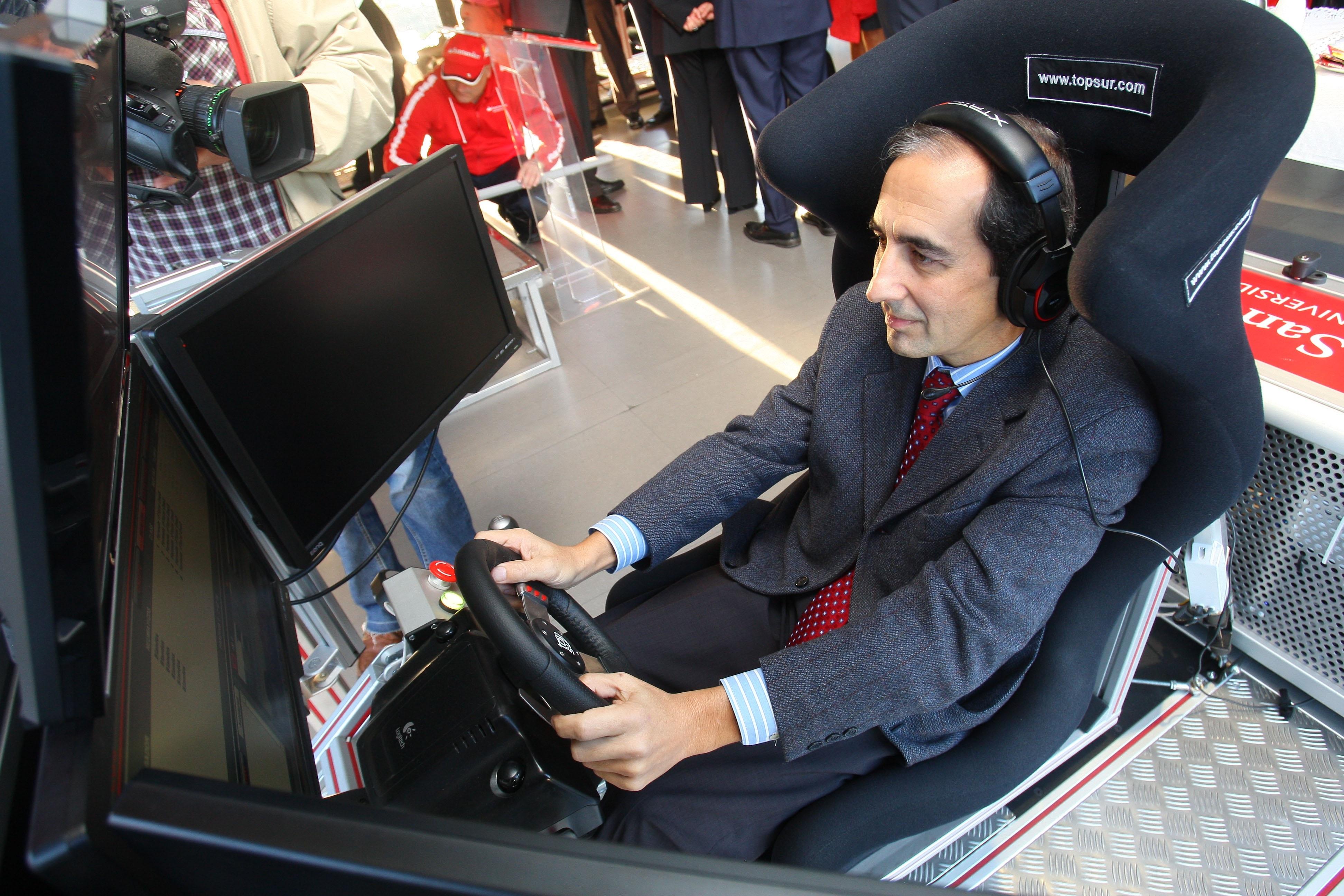 Estudiantes y profesionales de la UN viven la experiencia de pilotar un F1 con el MotorHome Santander Universidades