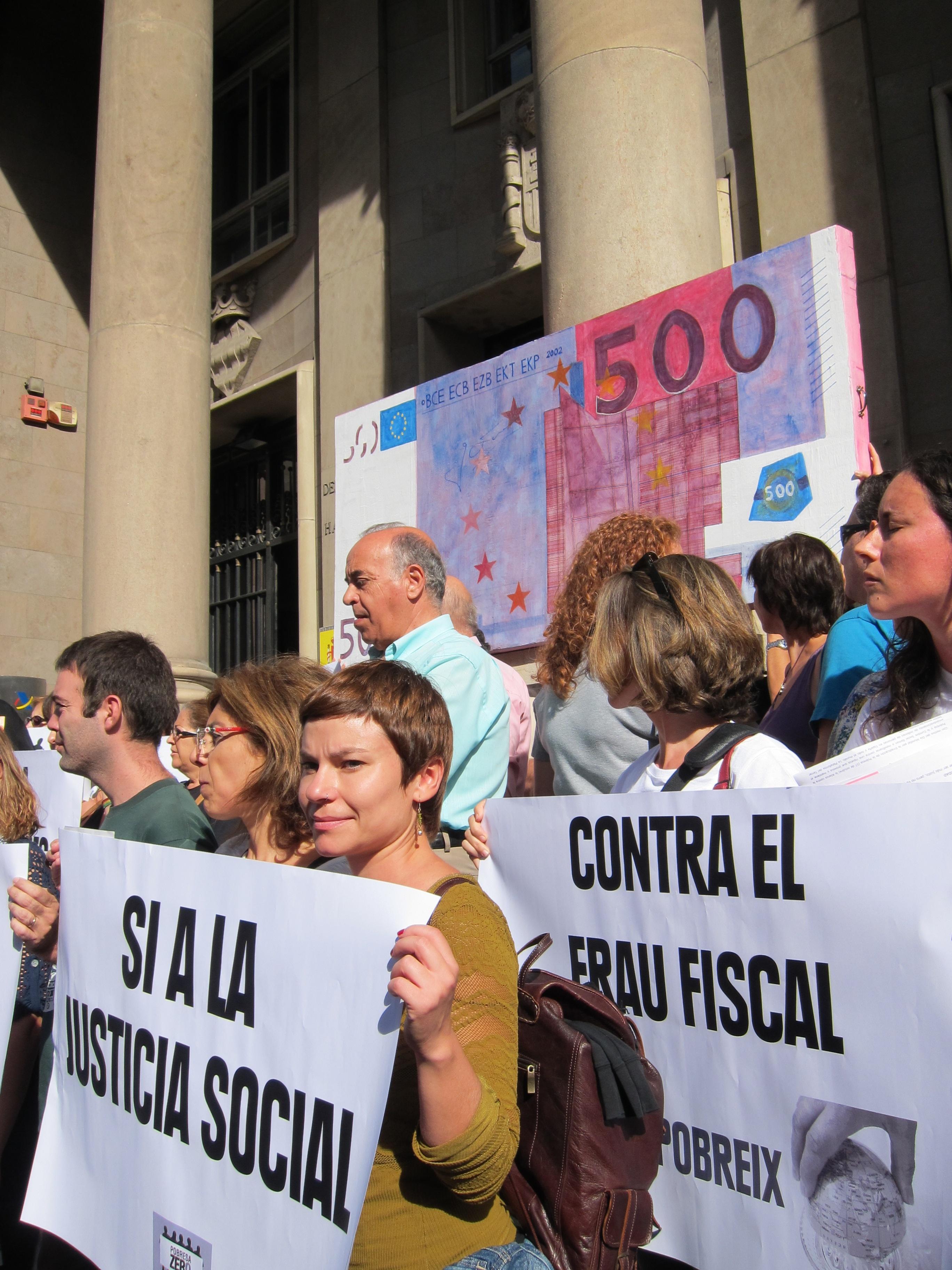 Protestan contra la pobreza llevando un billete gigante de 500€ a Hacienda