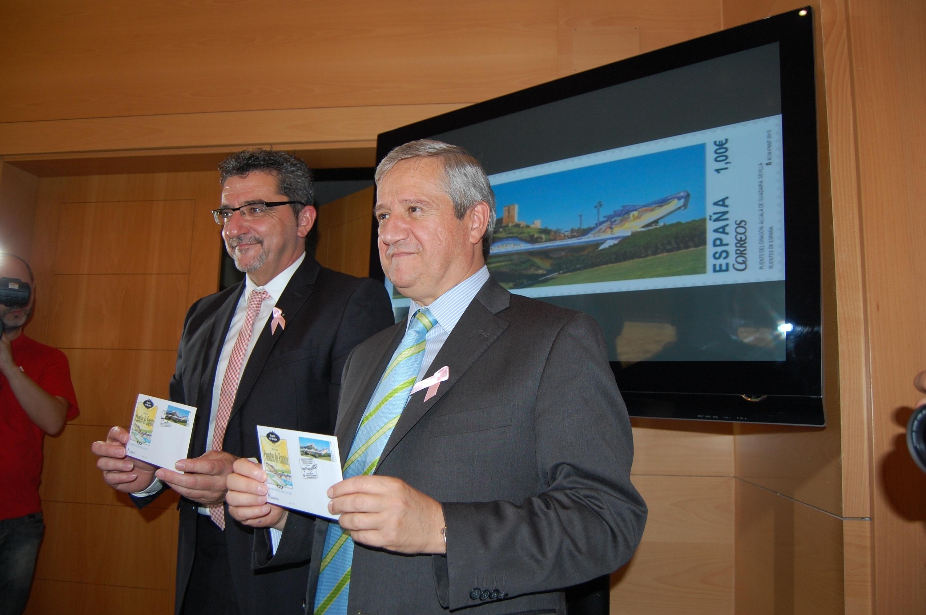 El alcalde de Alcalá de Guadaíra y el presidente de Correos presentan el sello dedicado al Puente del Dragón