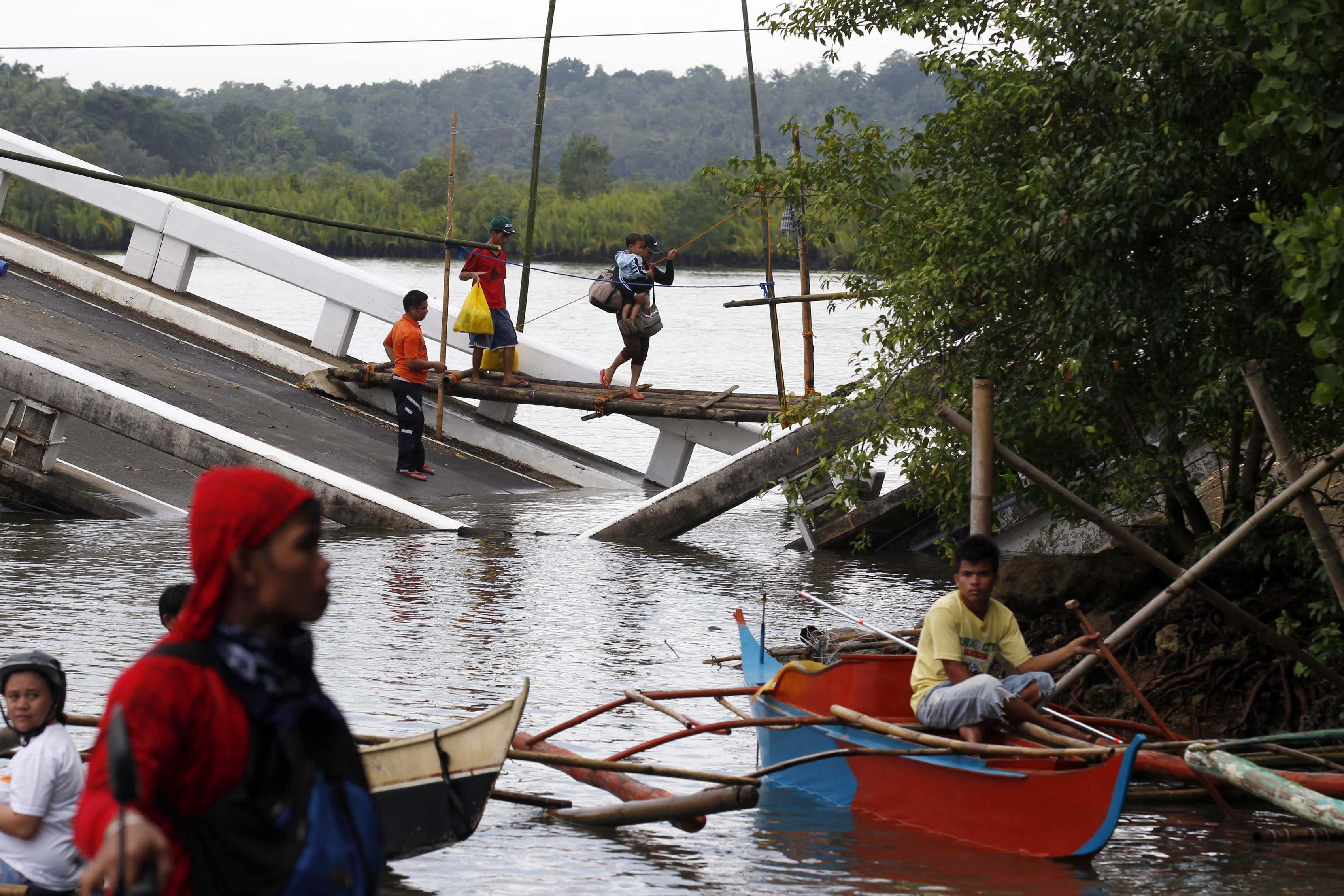 Elevan a 171 los muertos en el terremoto de 7,2 grados de Filipinas