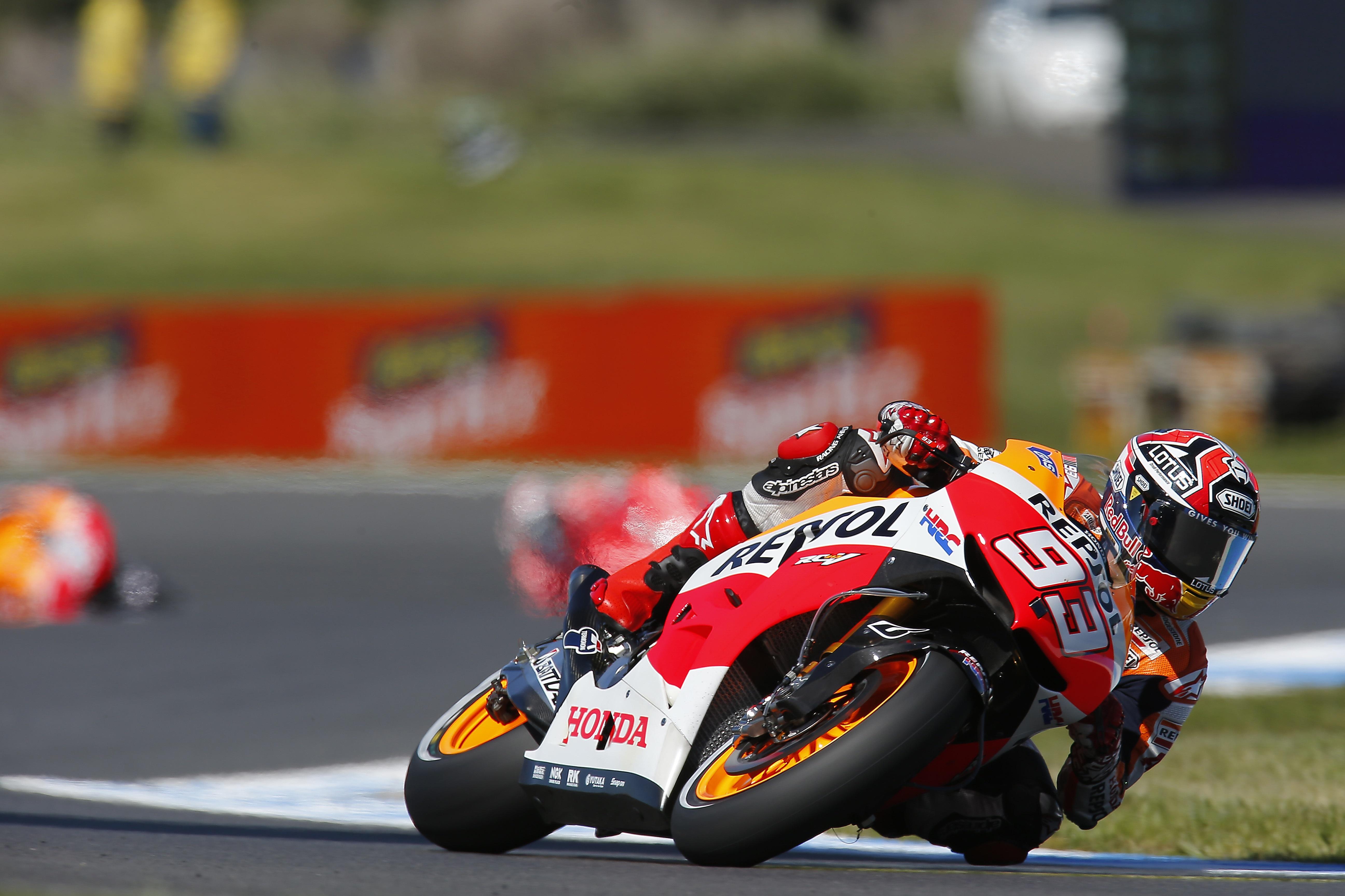 Márquez sufre un susto y Lorenzo manda en Australia