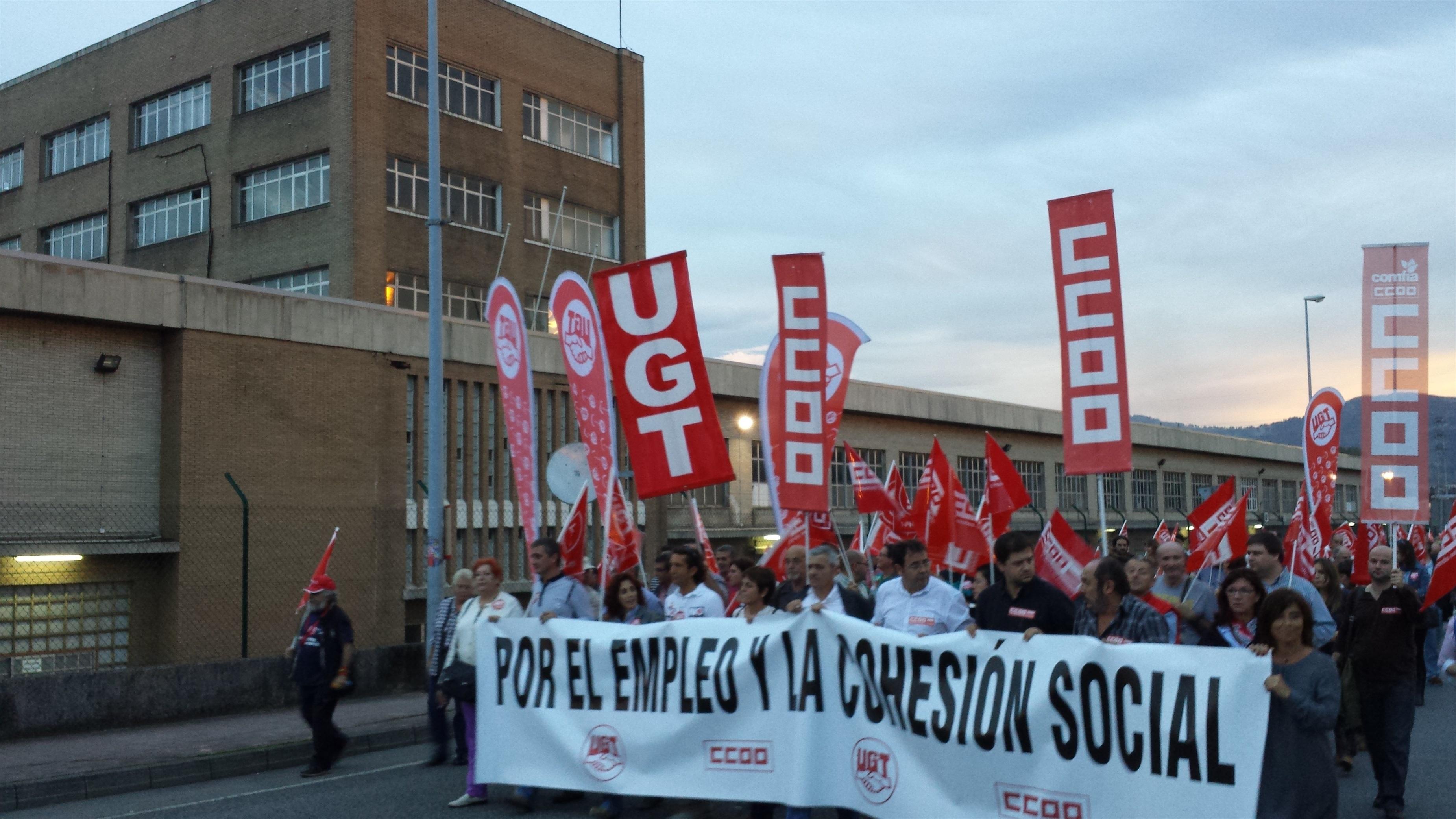 Más de 3.500 personas exigen «empleo y cohesión social» en la manifestación de UGT y CCOO en Camargo