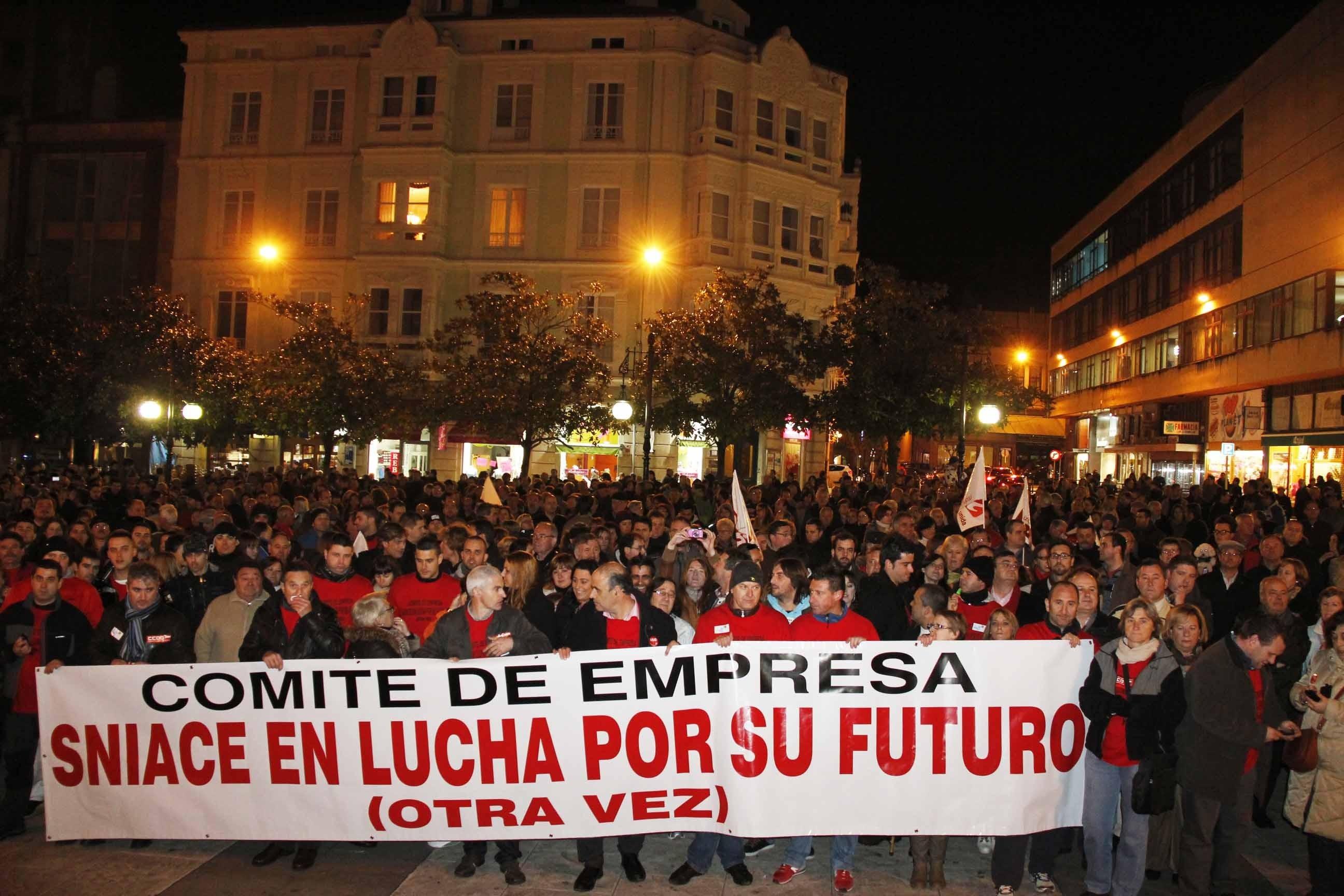 Unas 3.500 personas apoyan a los trabajadores de Sniace, que piden que se «reabra» la fábrica