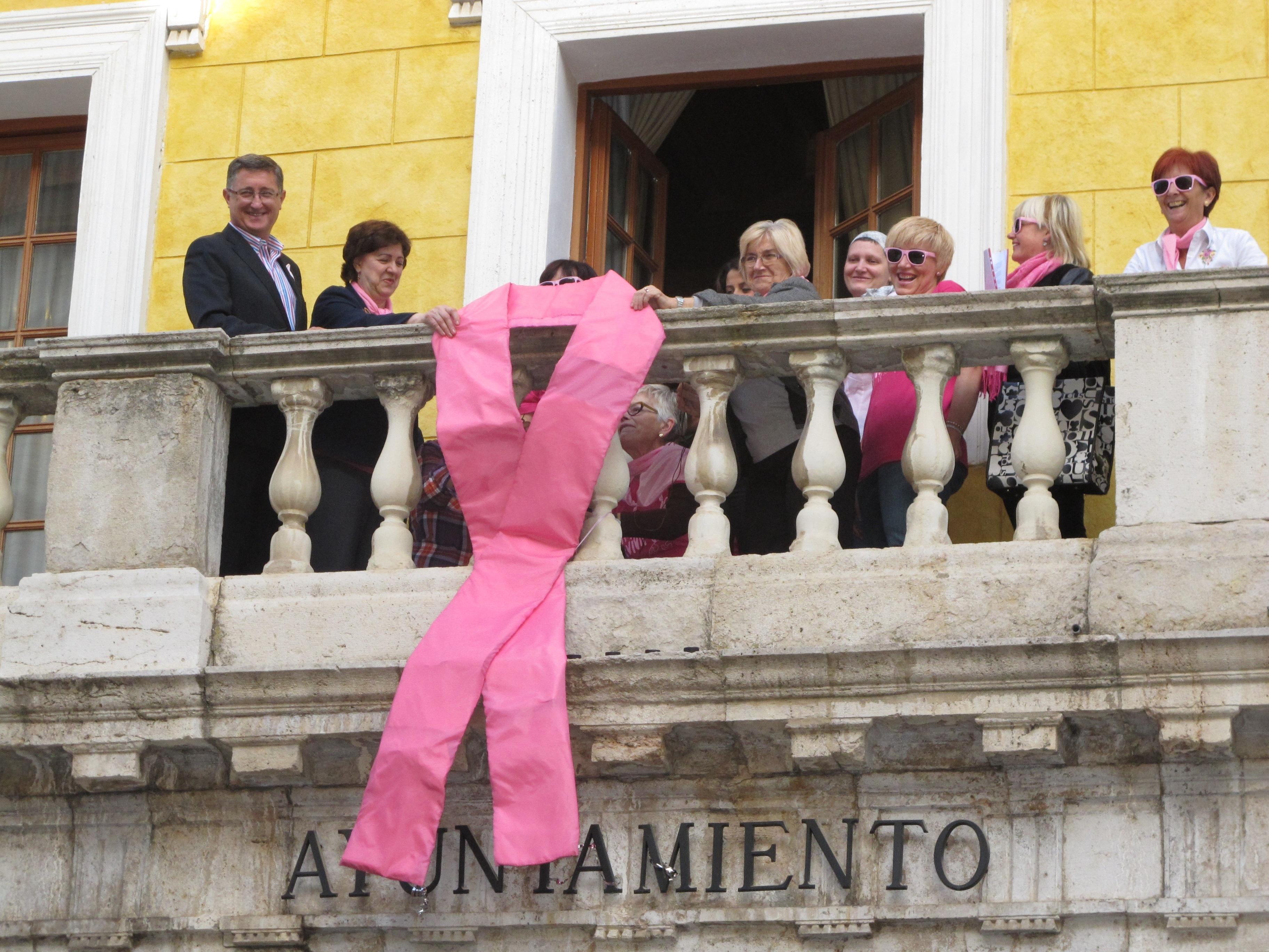 El lazo rosa luce del balcón del Ayuntamiento de Teruel